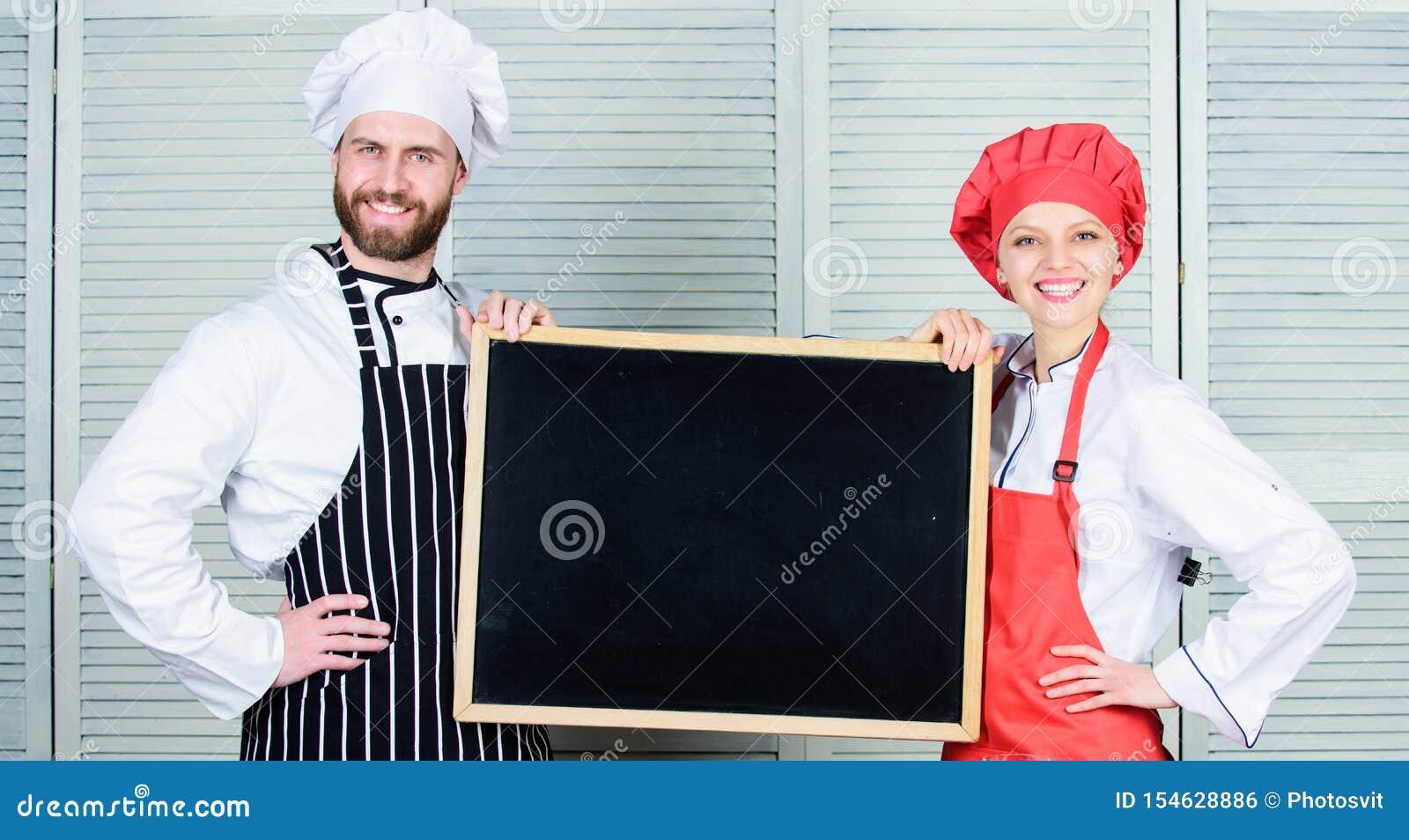 通过烹饪学习烹饪 厨师和厨女,上烹饪课 一对空着的男女