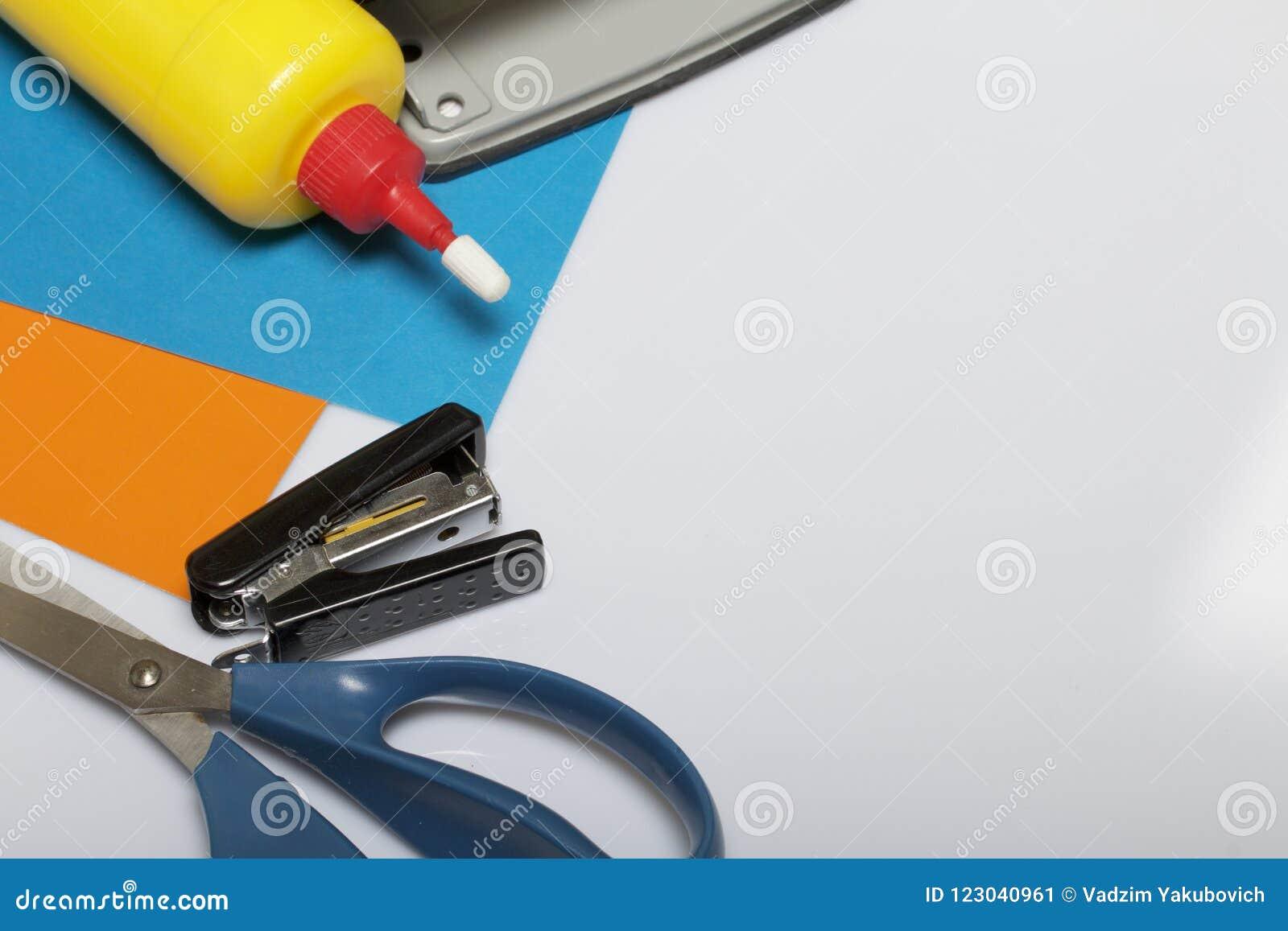 学校和教的文具 上色纸、剪刀和胶浆创造性的 订书机、拳打和一个统治者工作的