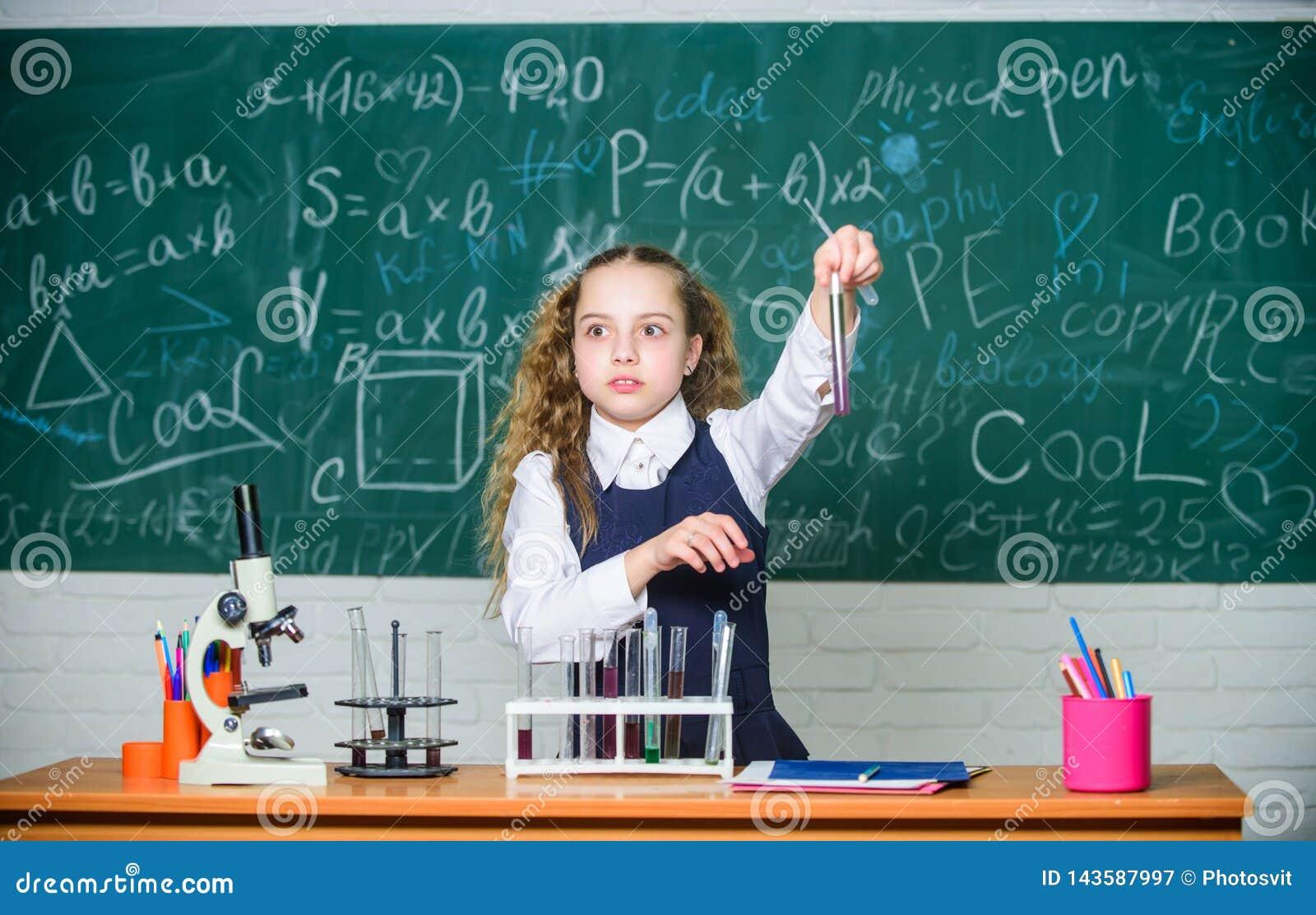 学校学生研究化工液体 学校化学教训 有物质的试管 正规教育 远期