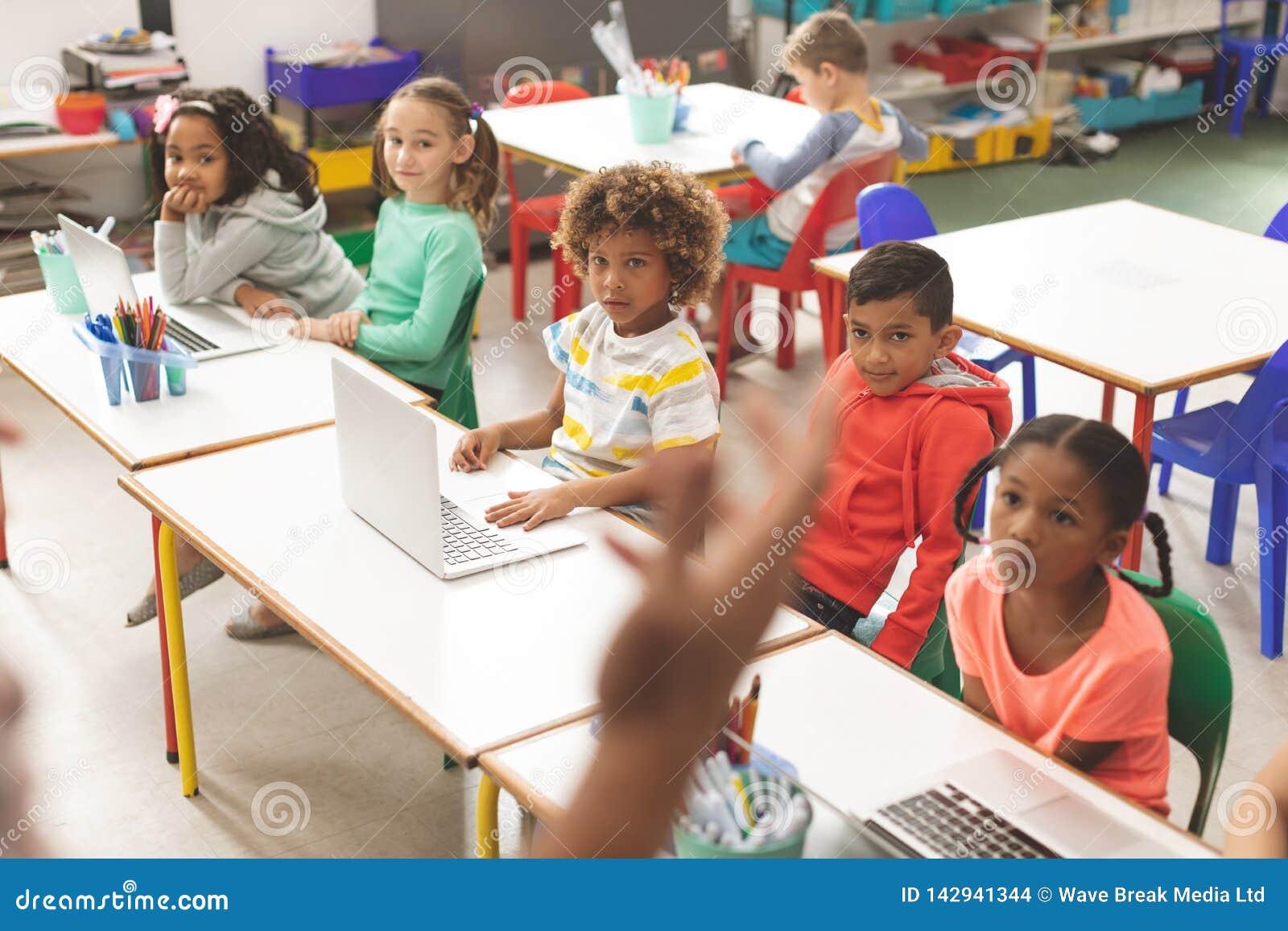 学校的孩子行正面图听他们的老师