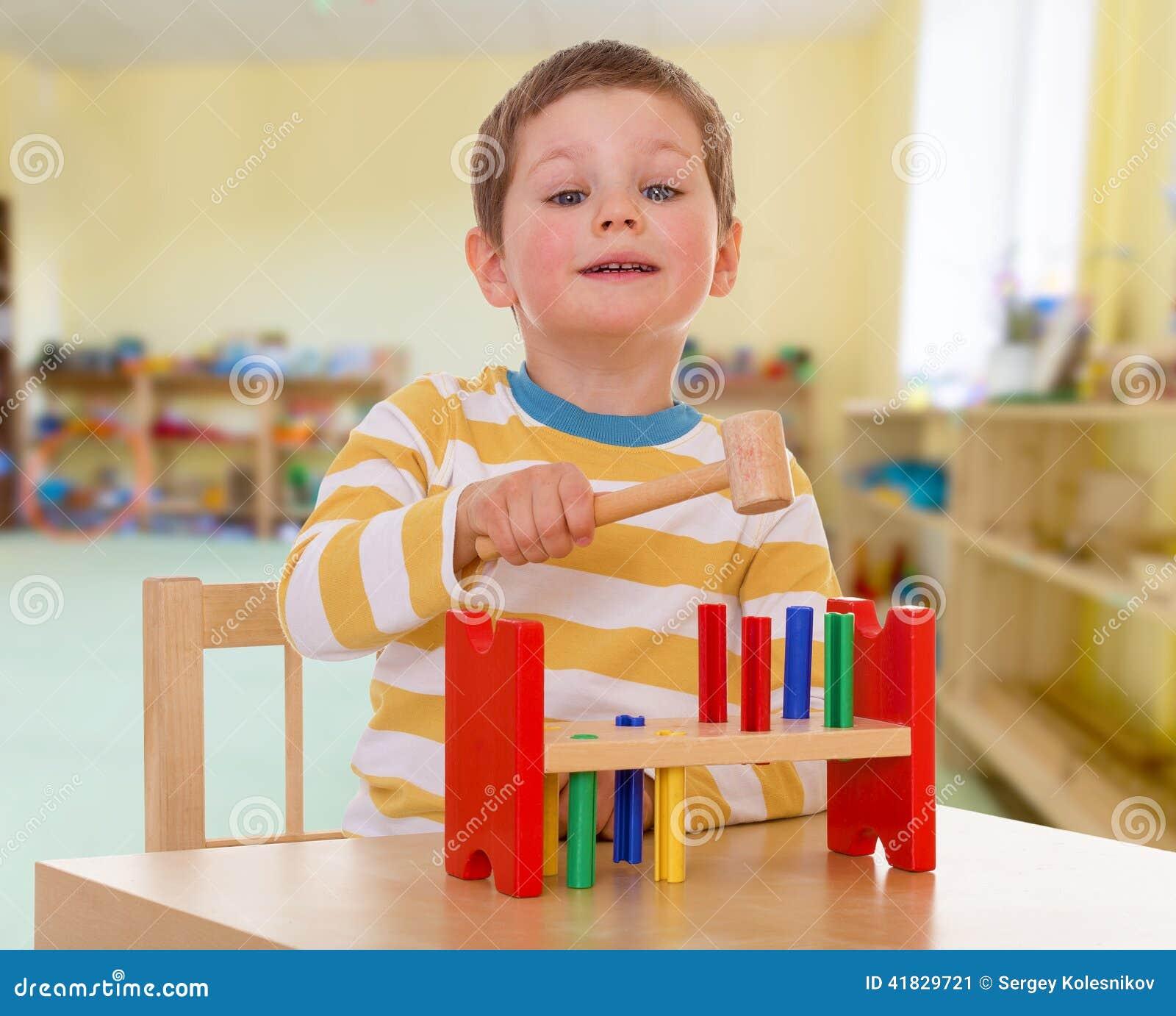 学校的小男孩蒙台梭利的