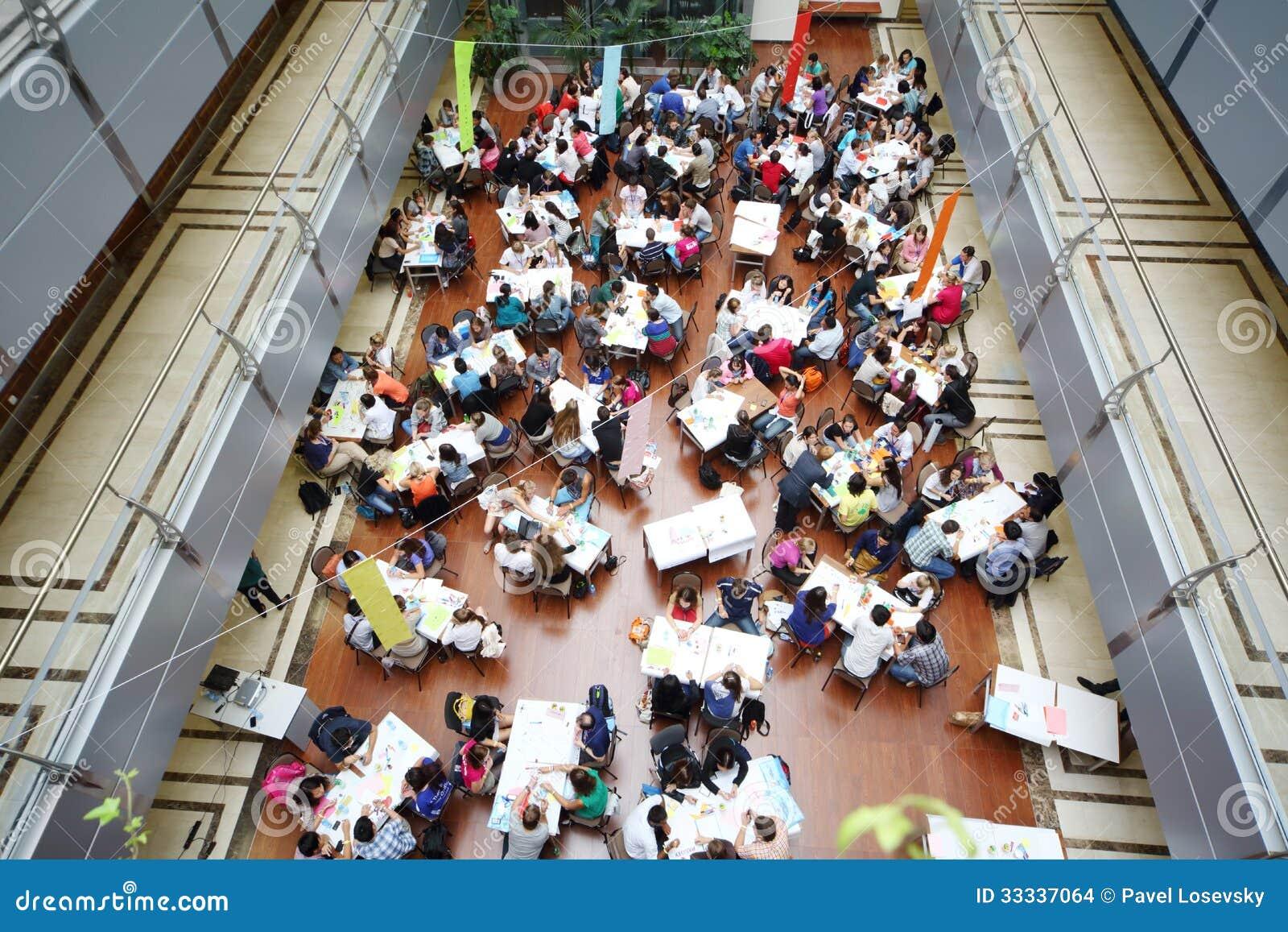 学生工作在青年健康小组的桌上