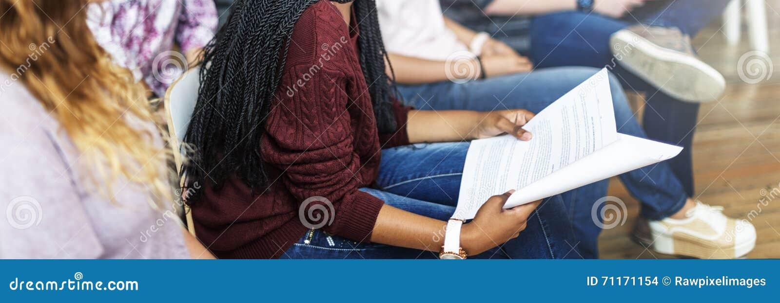 学生研究同学教室演讲概念