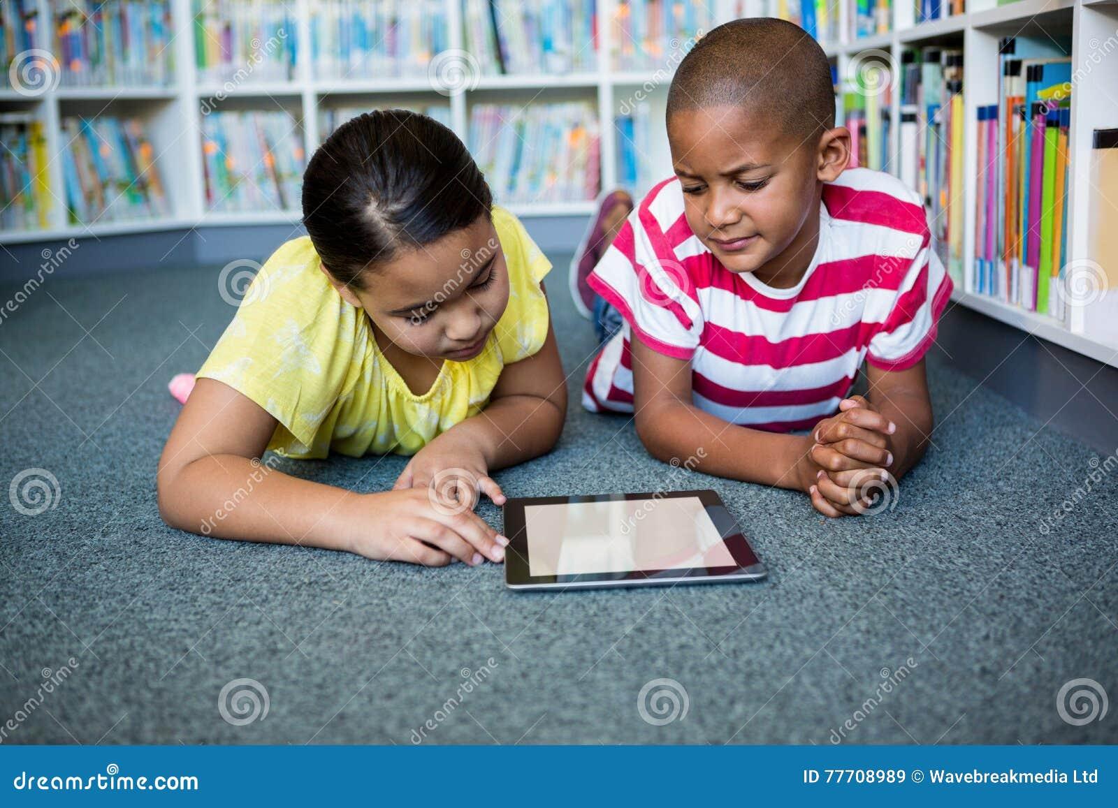 学生阅读书正面图,当说谎在图书馆时