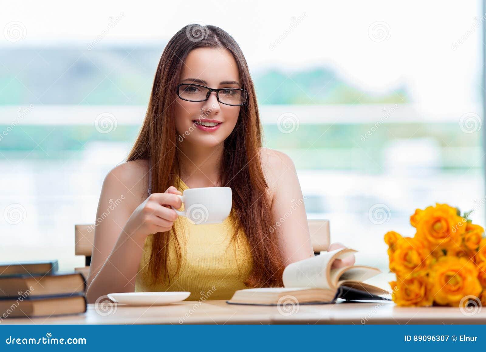 年轻学生饮用的咖啡,当sudying时