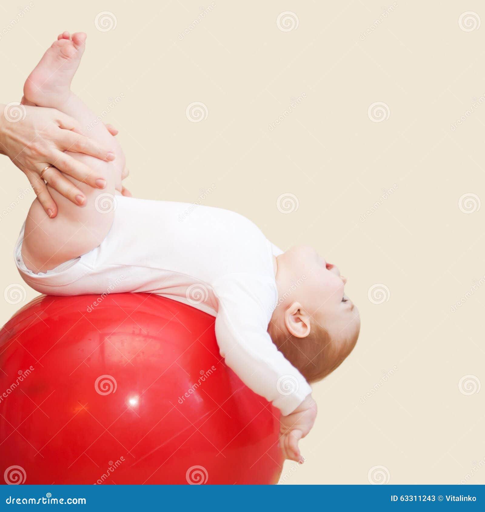 婴孩健身 做按摩和健身房的母亲
