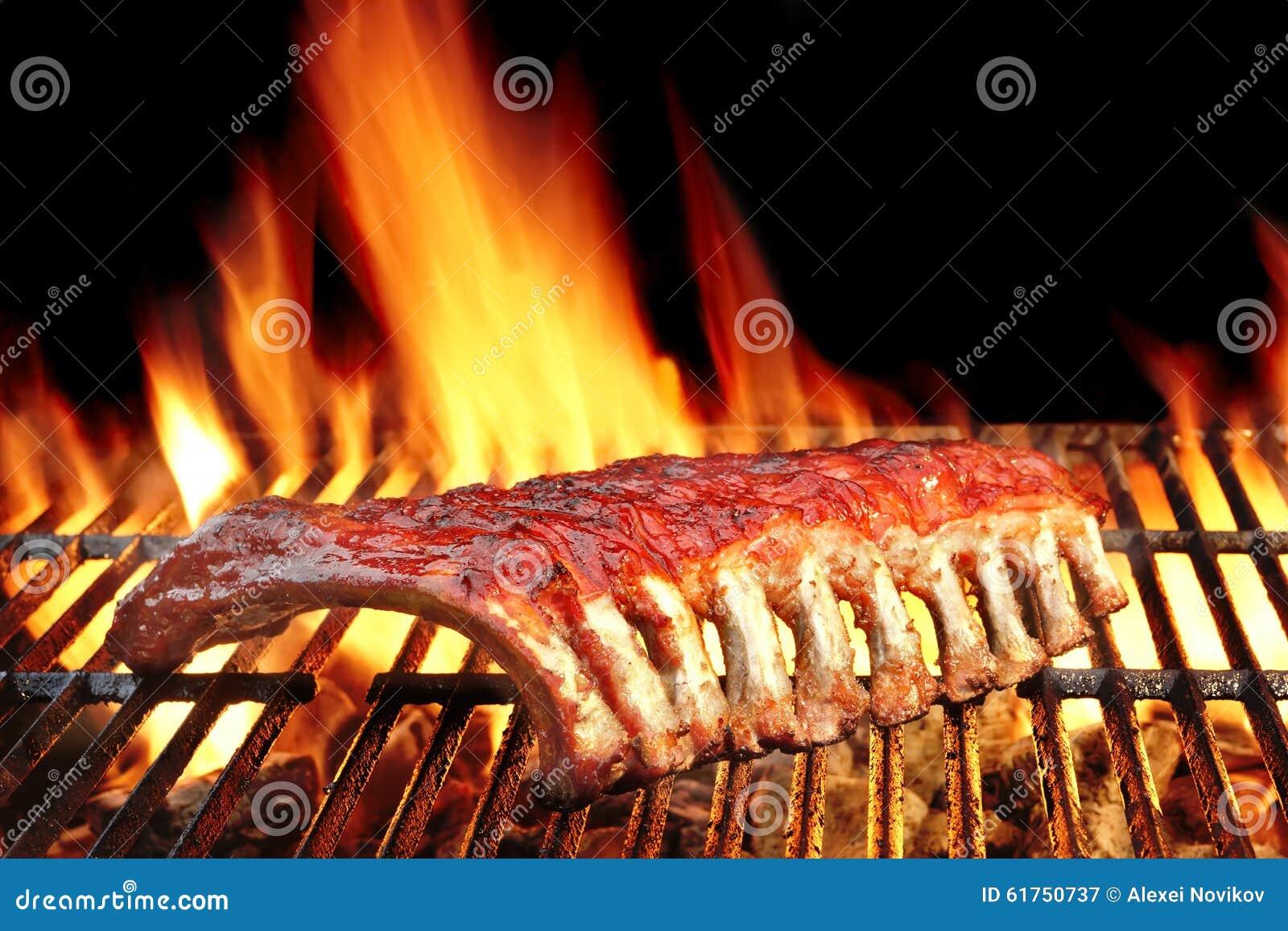 婴孩在热的火焰状格栅的后面或猪肉排骨