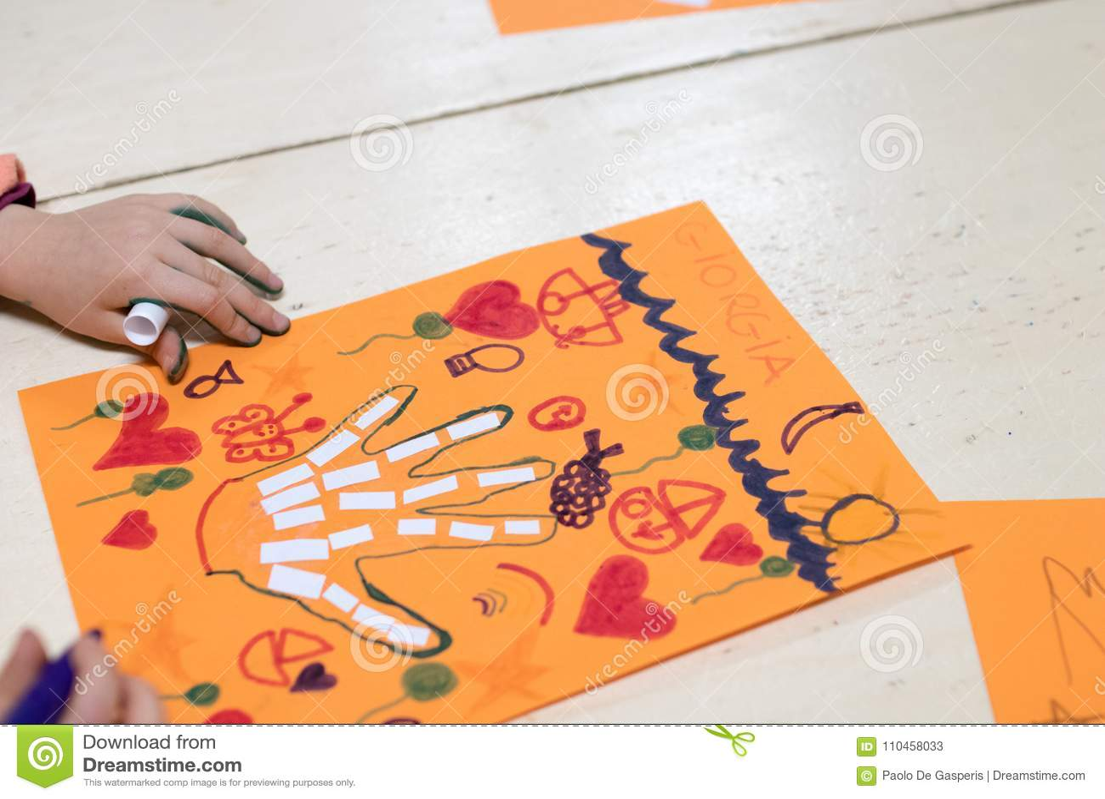 孩子、好的妙语的图画和拼贴画的科学活动