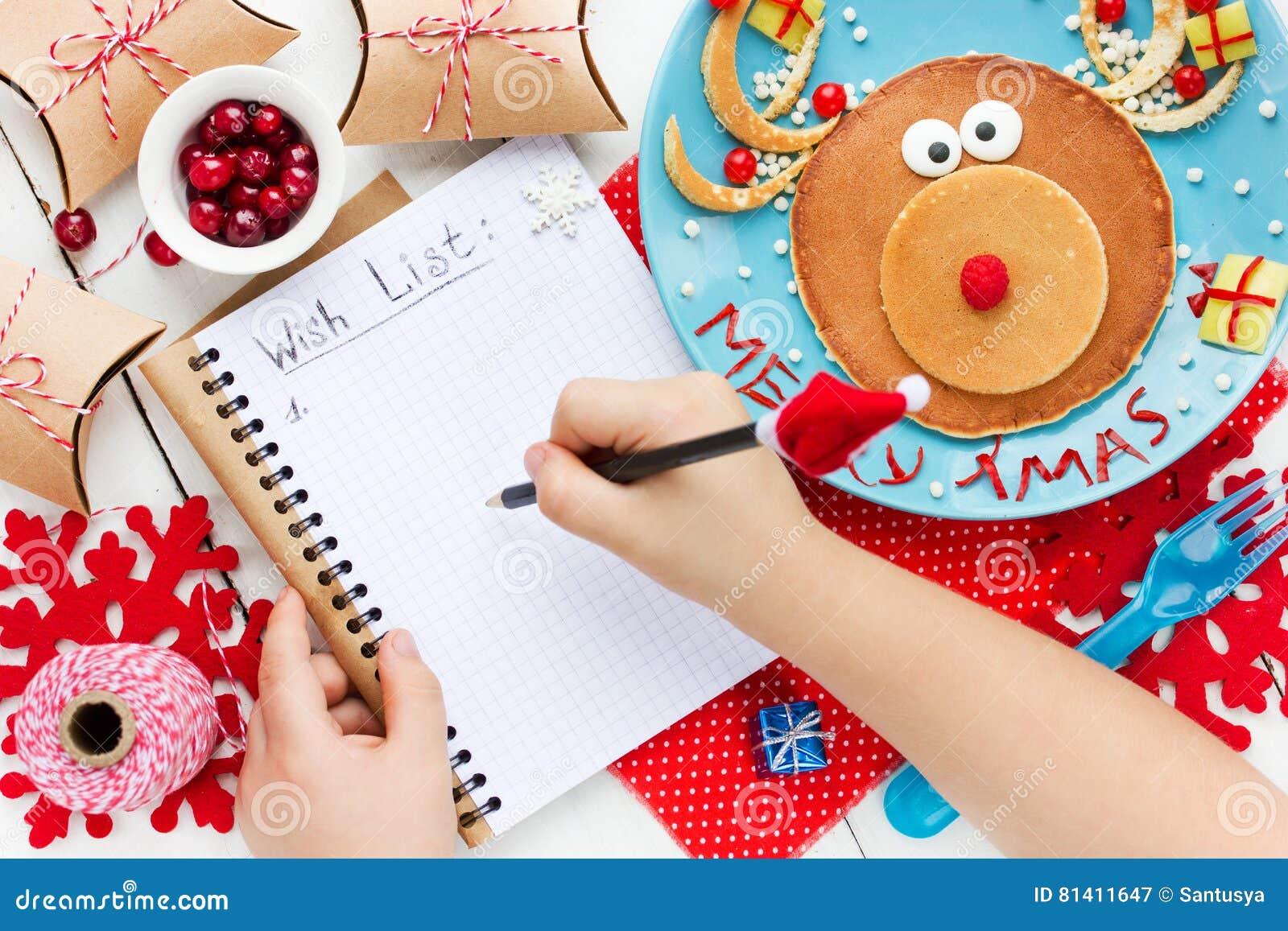 孩子为圣诞老人,对圣诞节的愿望写信在桌w上
