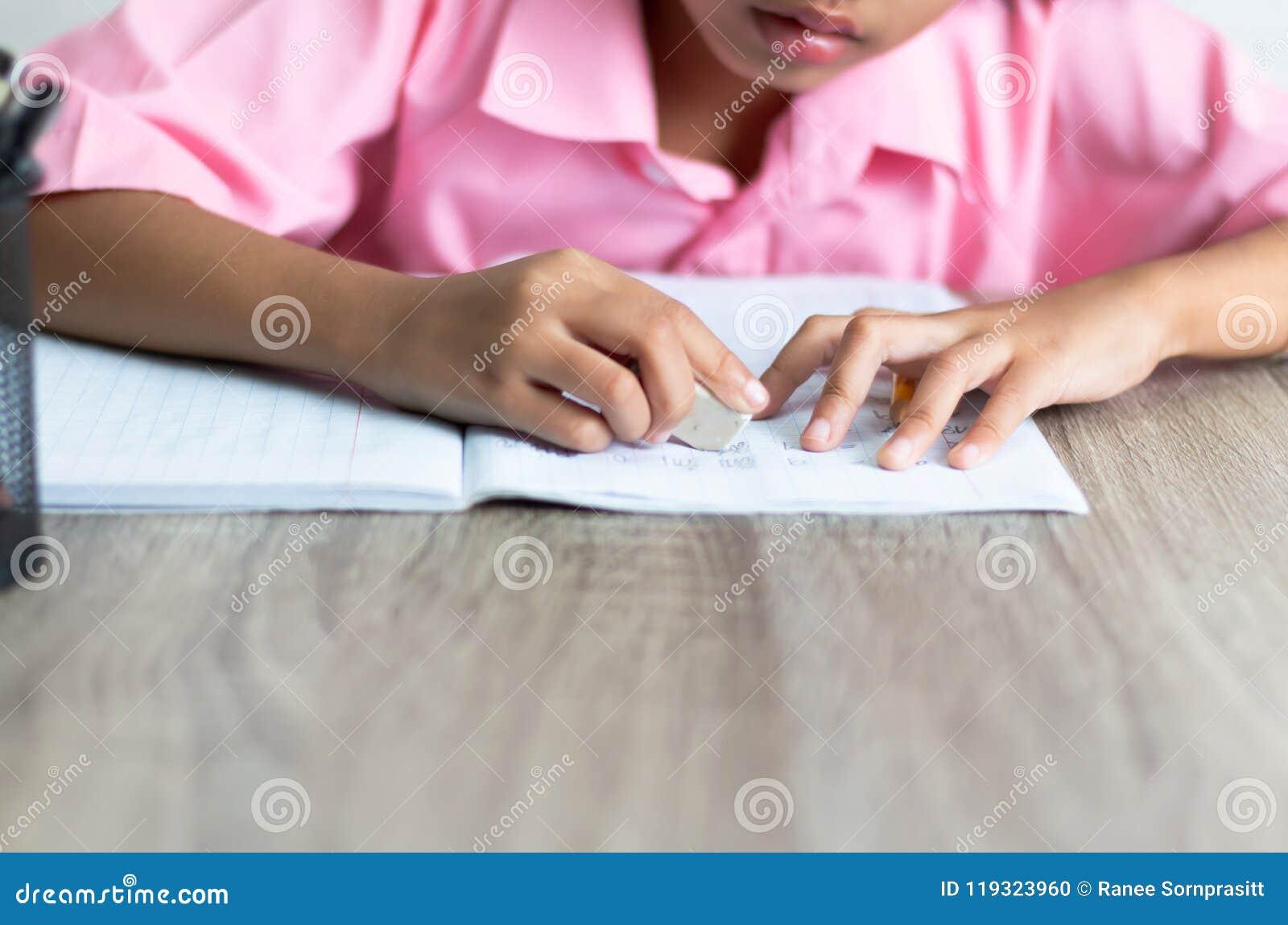 孩子使用一个橡皮擦删除词