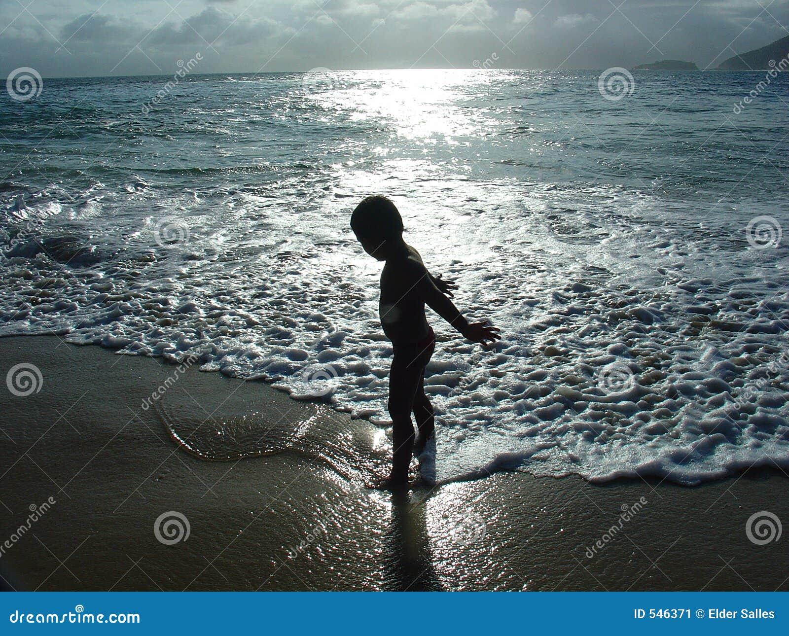 Download 孩子剪影 库存图片. 图片 包括有 展望期, 艺术性, 幸福, 幸运, 节假日, 云彩, 壮观, 横向, 查找 - 546371