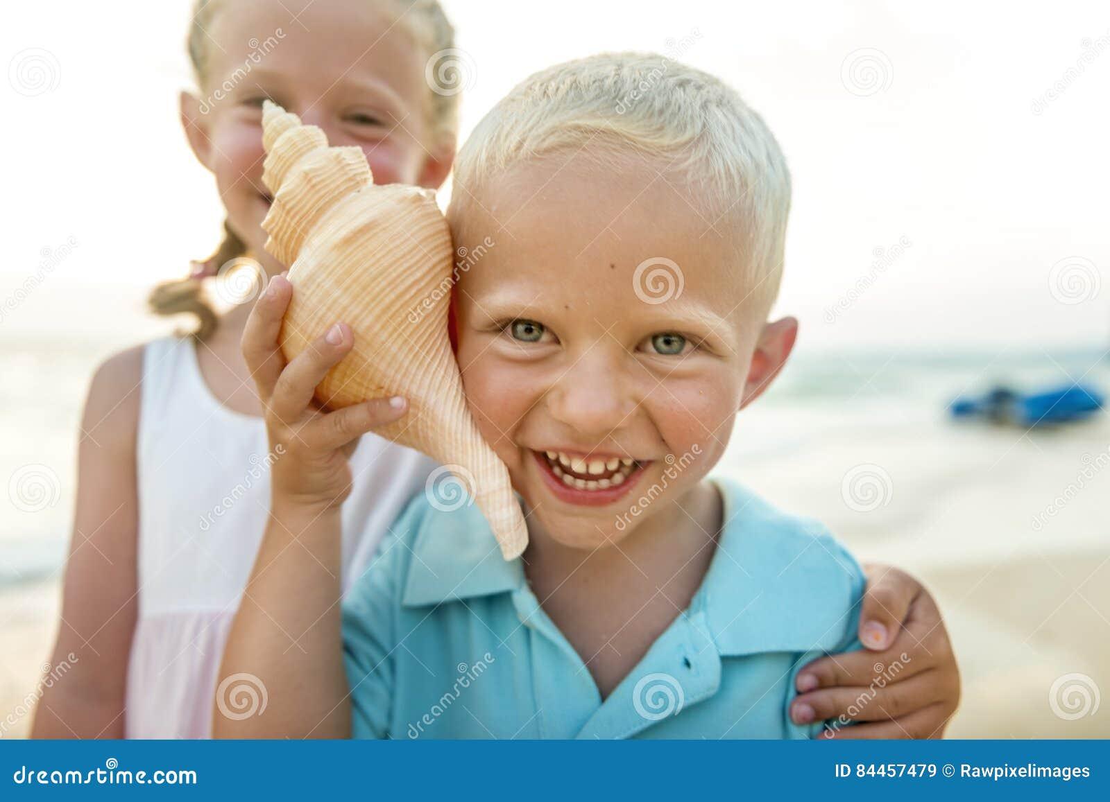 孩子哄骗兄弟姐妹海滩暑假概念