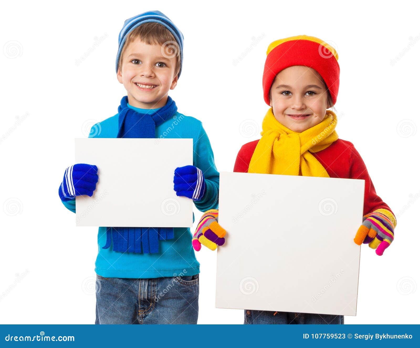孩子在冬天穿衣与空的空白横幅