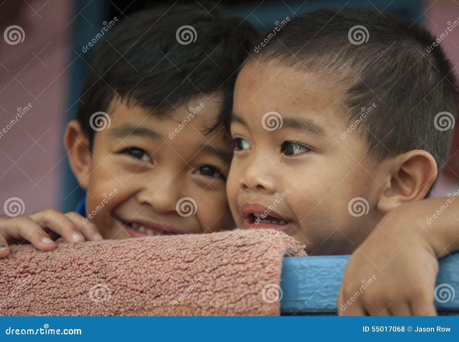 孩子在班达尔附近的水村庄