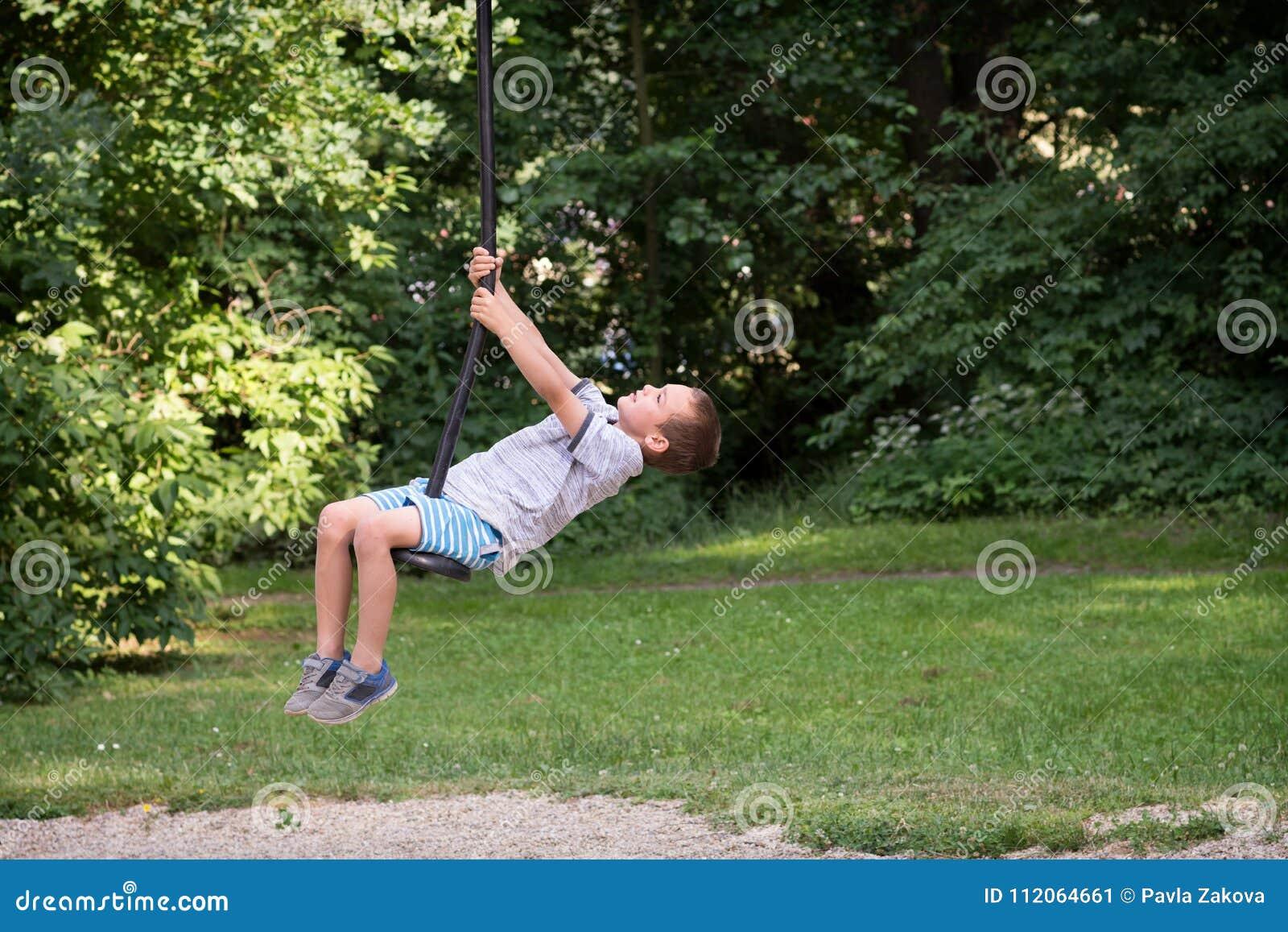 孩子在邮编线的摇摆公园
