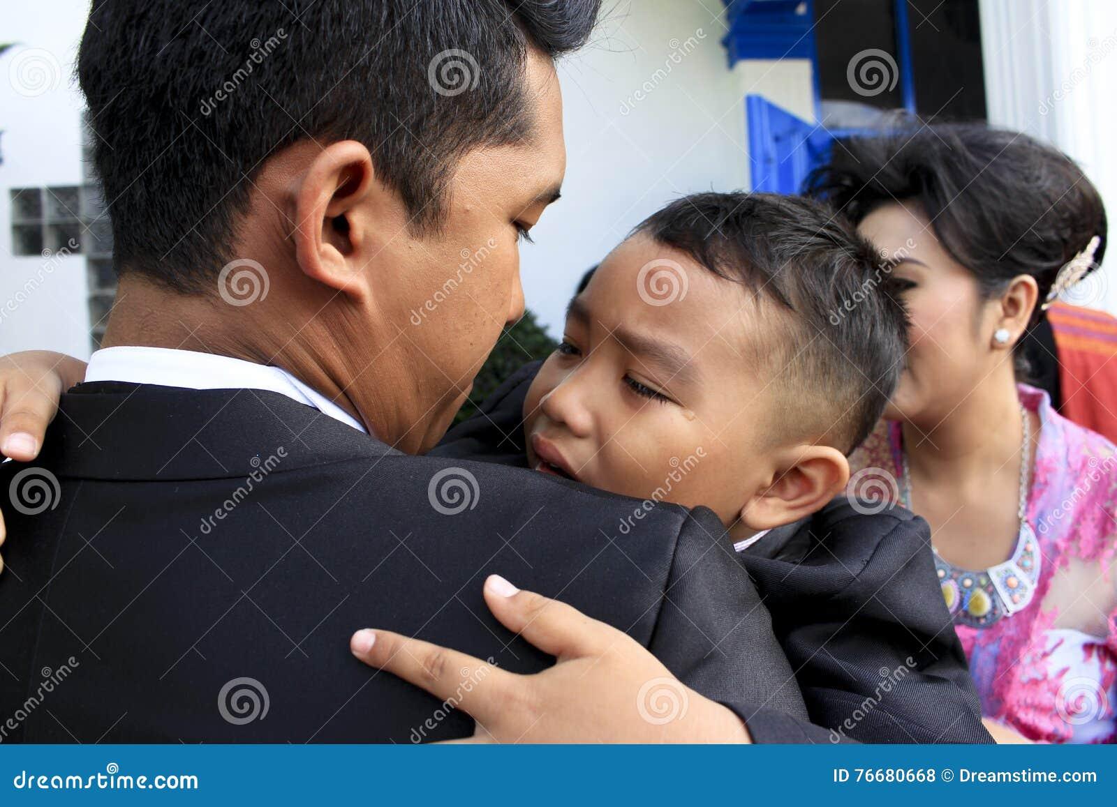 孩子在他的伯父` s膝部哭泣