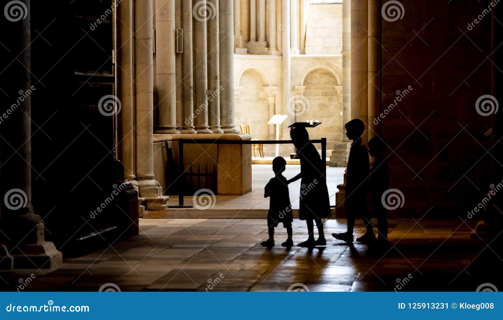 孩子在Vezelay服务教会里
