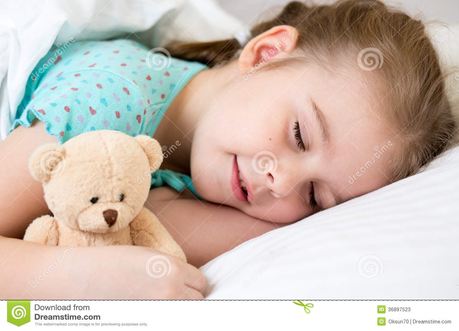 孩子女孩睡觉