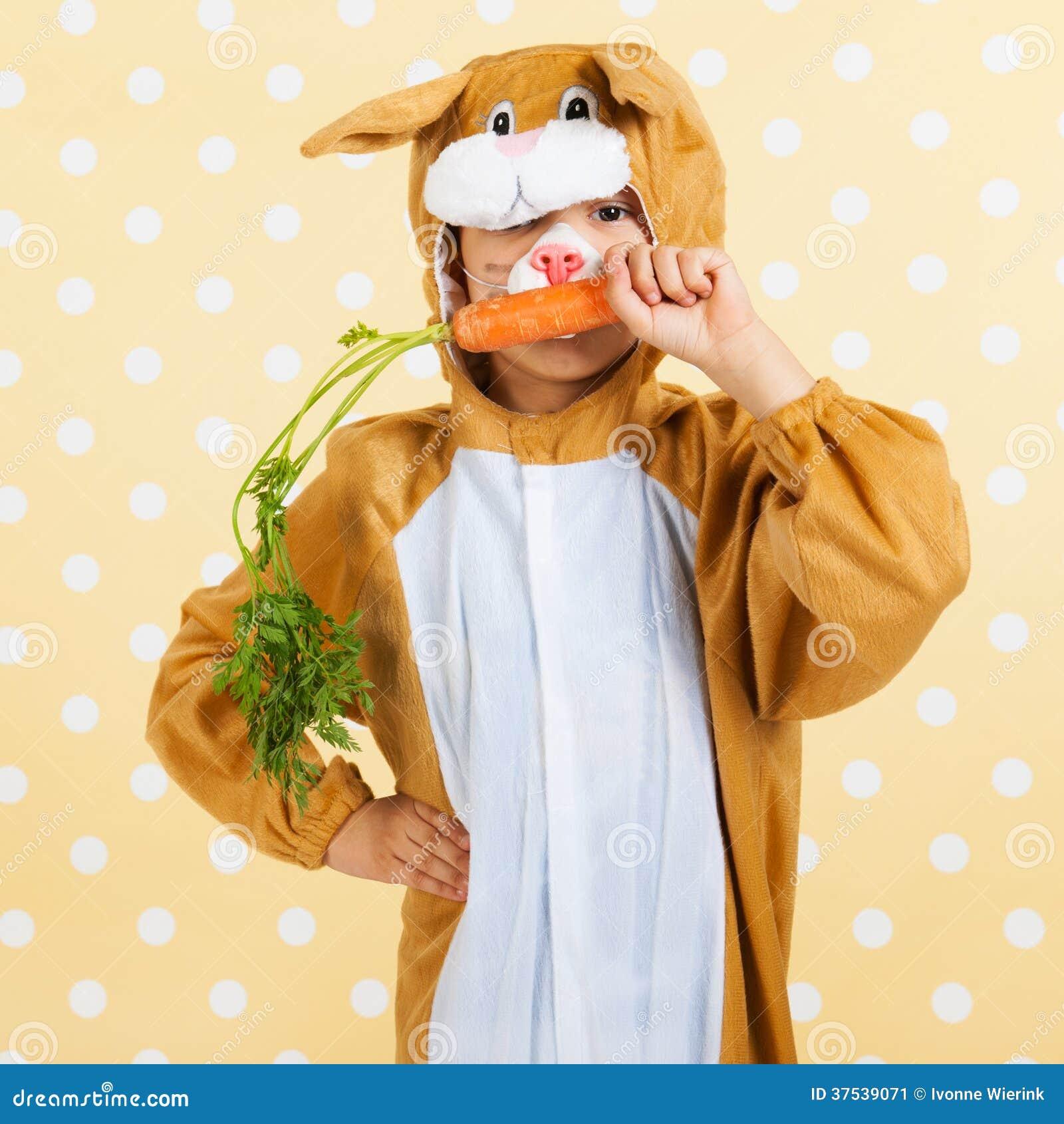 当�:,,_孩子当复活节野兔用红萝卜