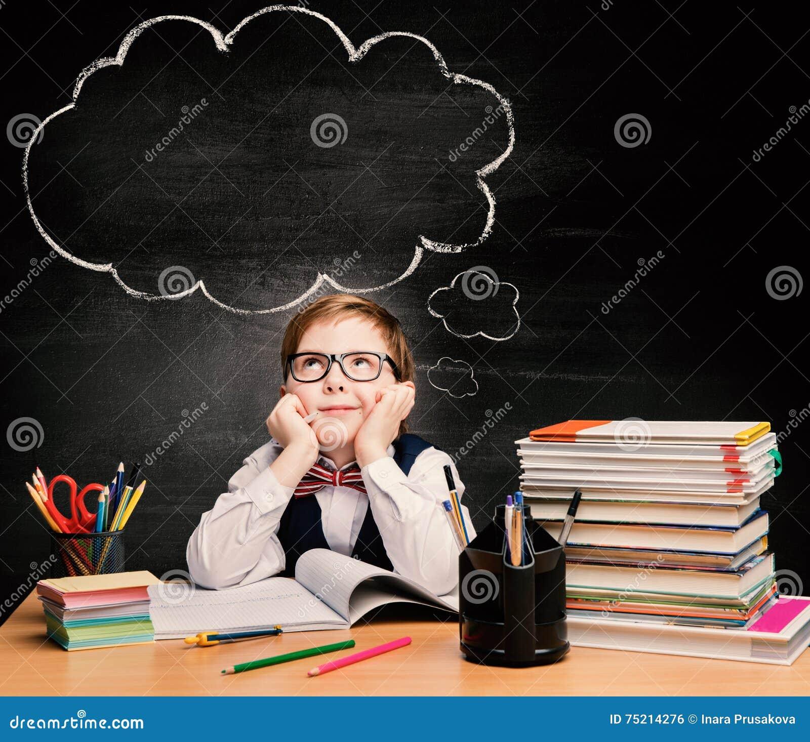 孩子教育,儿童男孩研究在学校,想法的泡影
