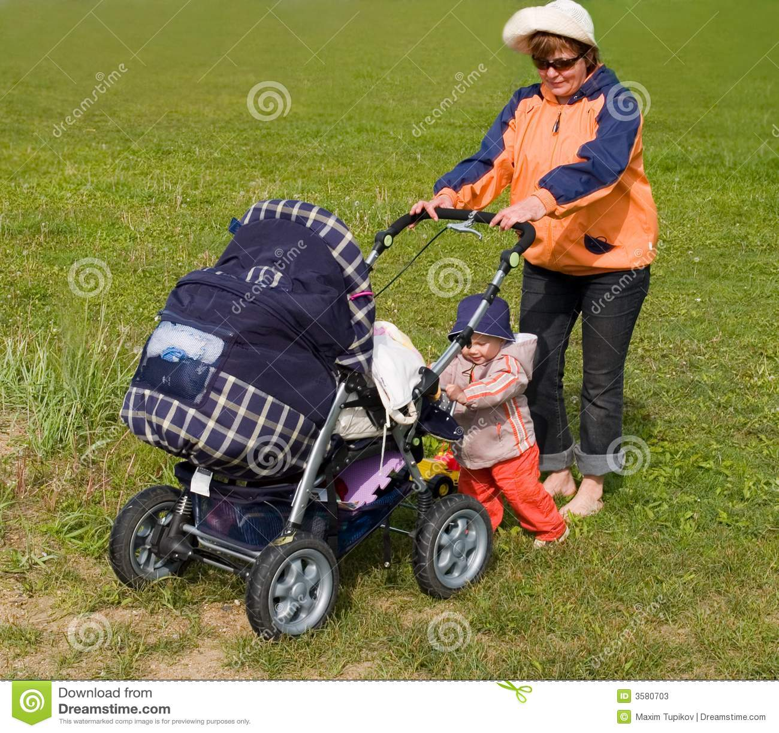 孩子母亲婴儿推车