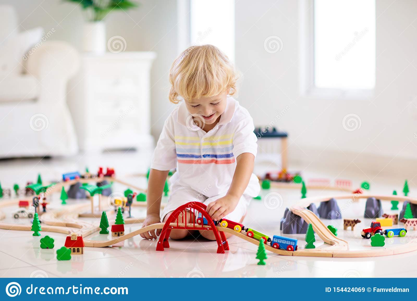 孩子演奏木铁路 有玩具火车的孩子