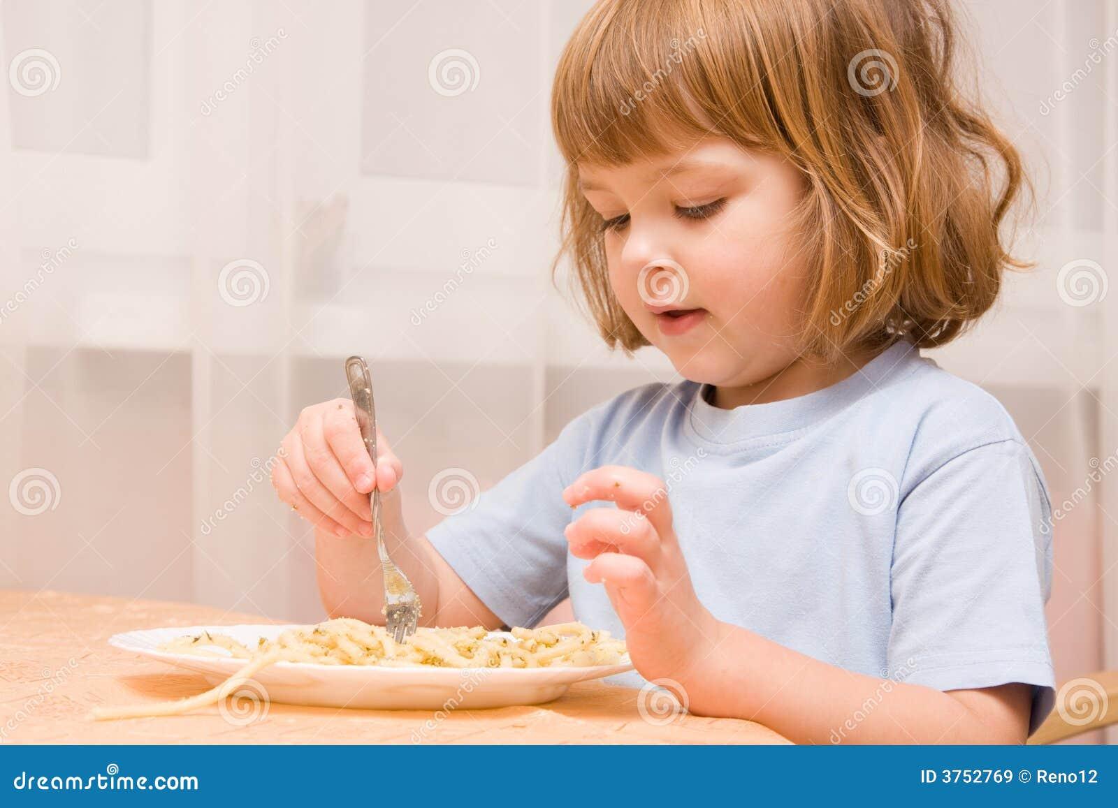 孩子爱意大利面食