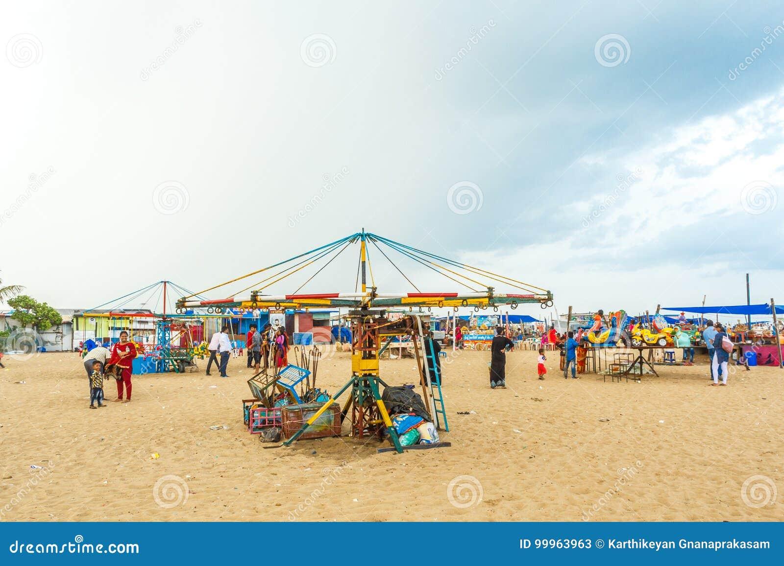 孩子的与蓝天,黑暗的云彩在背景中,小游艇船坞海滩,金奈,印度2017年8月19日被隔绝的木马乘驾放荡的人