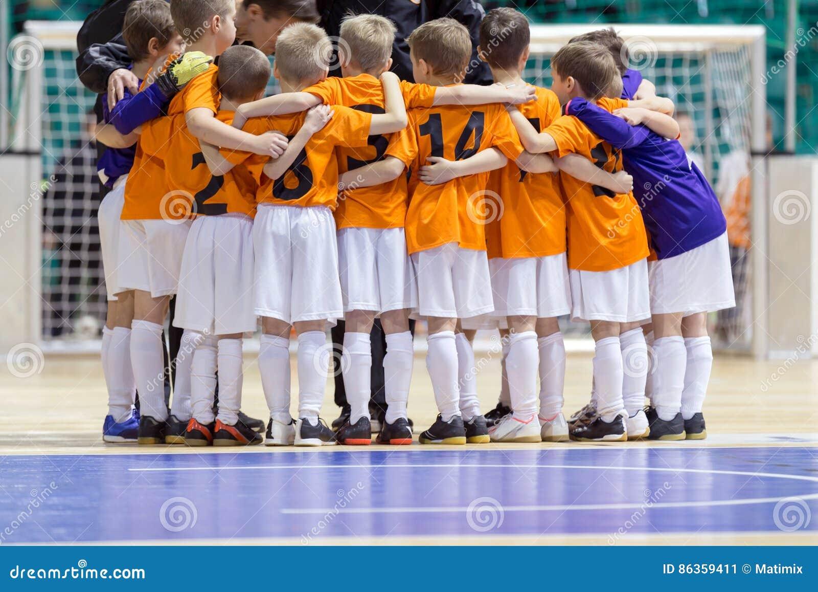 孩子的室内橄榄球足球比赛 如此给年轻人的教练