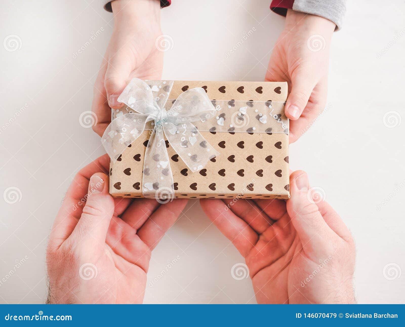 孩子祝贺他的父亲 美丽的礼物盒