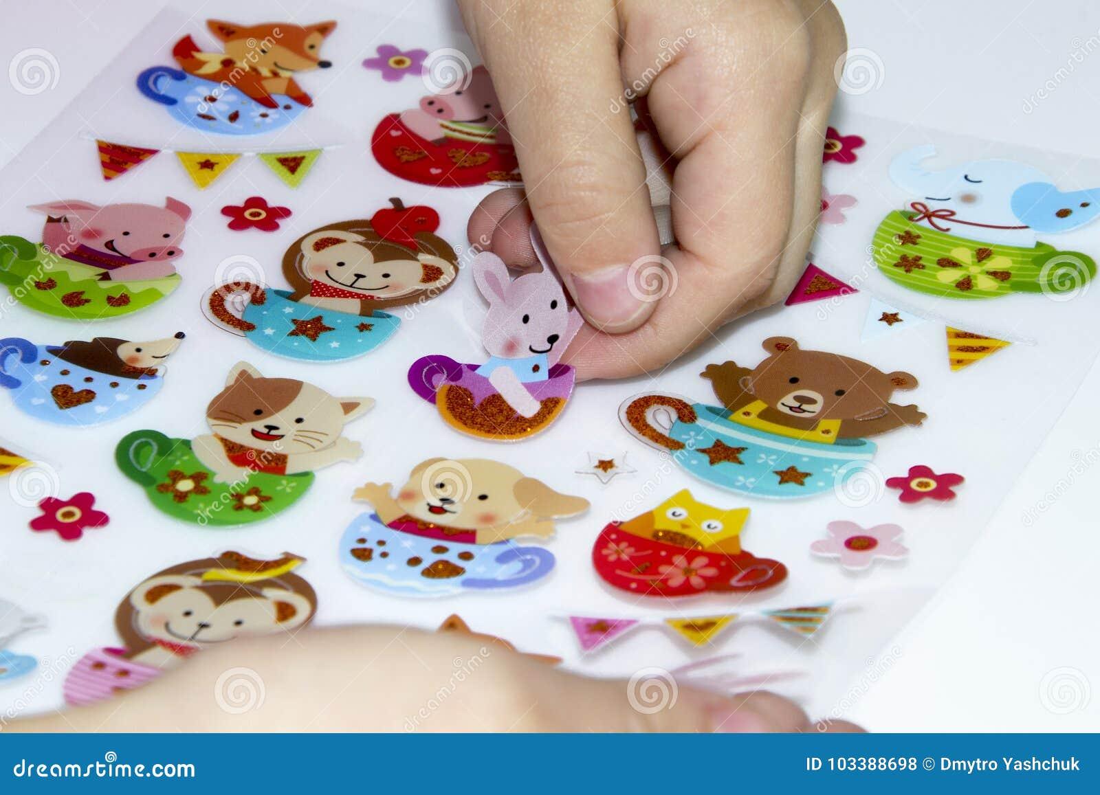 孩子胶合在补花的一个贴纸