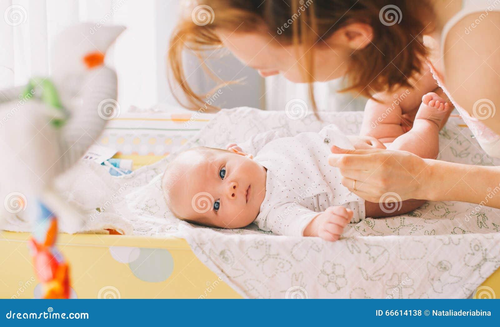 婴孩柔和母亲关心
