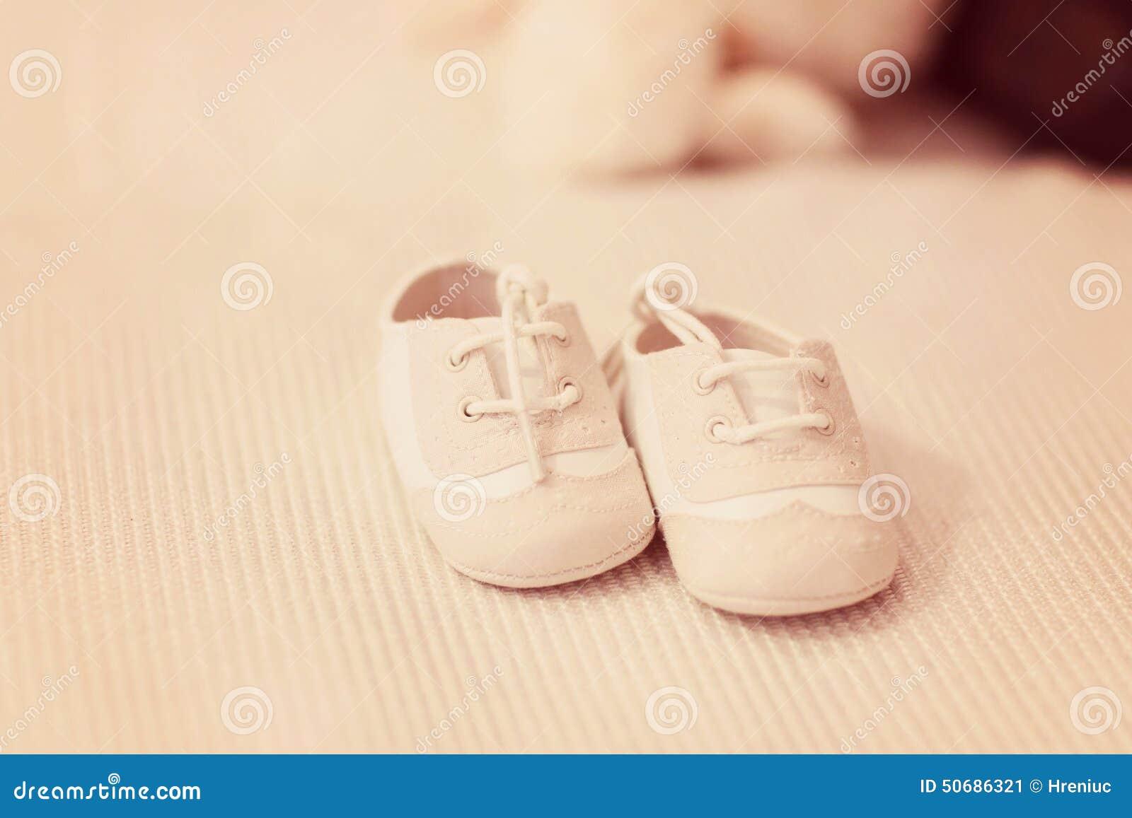 Download 婴孩红色鞋子 库存图片. 图片 包括有 重点, 删去的, 阵雨, 童年, 空白, 拖鞋, 男朋友, 鞋类 - 50686321