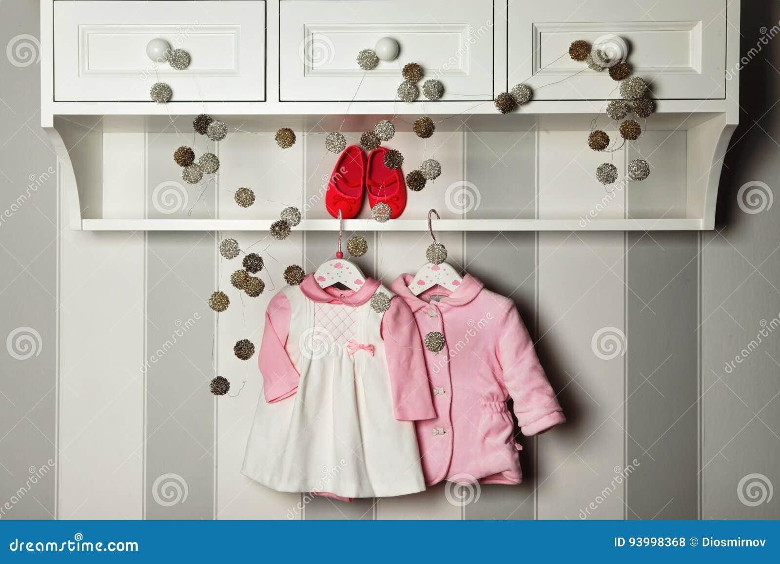 婴孩衣裳,儿童时尚的概念 平的位置儿童` s衣物和辅助部件 婴孩与拷贝的模板背景