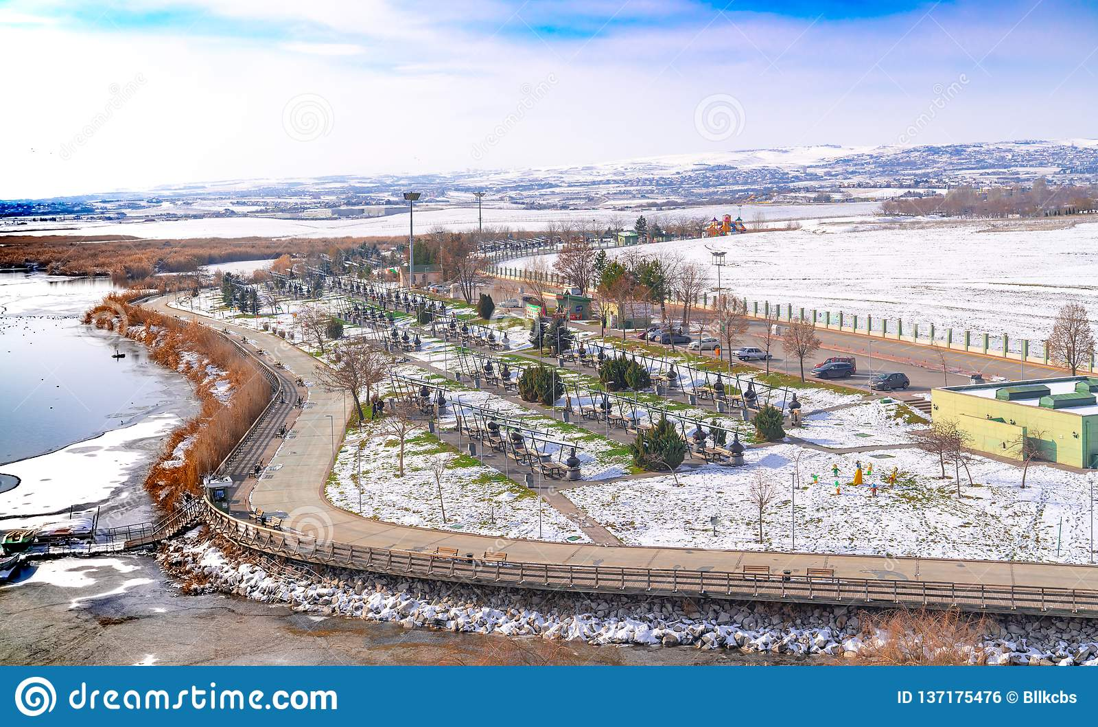 安卡拉/土耳其1月01日2019年:湖Mogan和许多烤肉在湖附近在冬天,安卡拉,土耳其