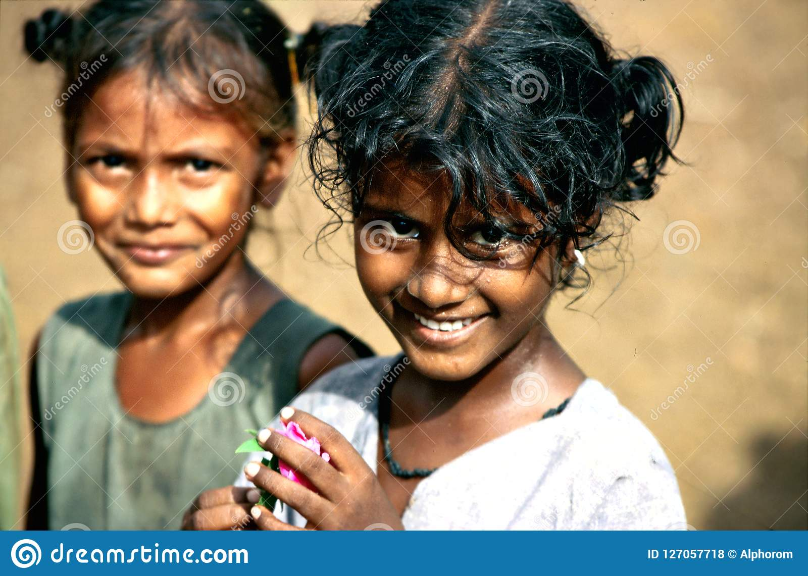安得拉邦,印度,大约2002年8月:女孩姿势在一个乡村