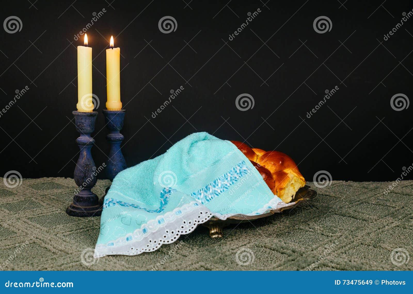 安息日图象 鸡蛋面包面包、安息日酒和坎德拉在木桌上 闪烁覆盖物