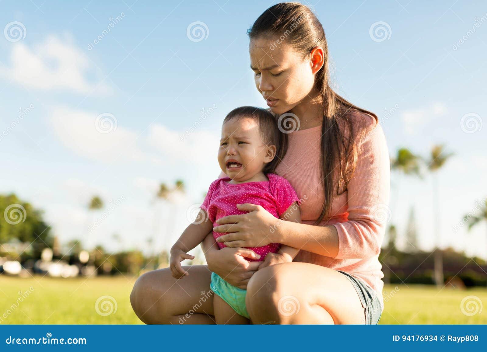 安慰她的年轻翻倒女儿的母亲