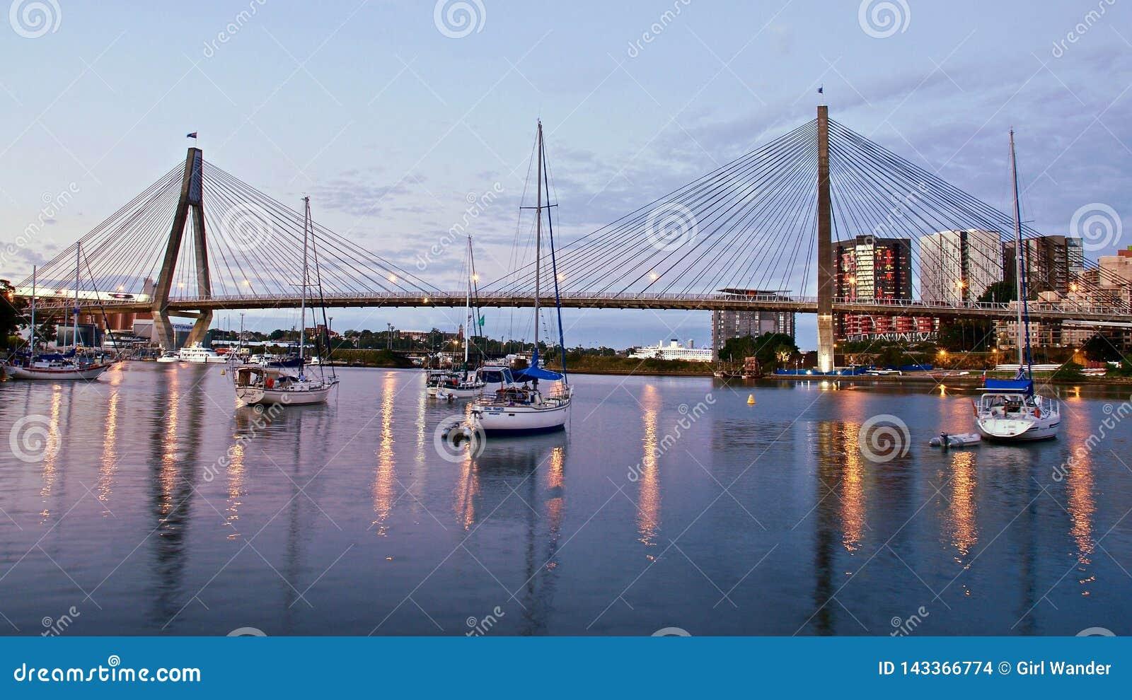安扎克桥梁在黄昏的悉尼