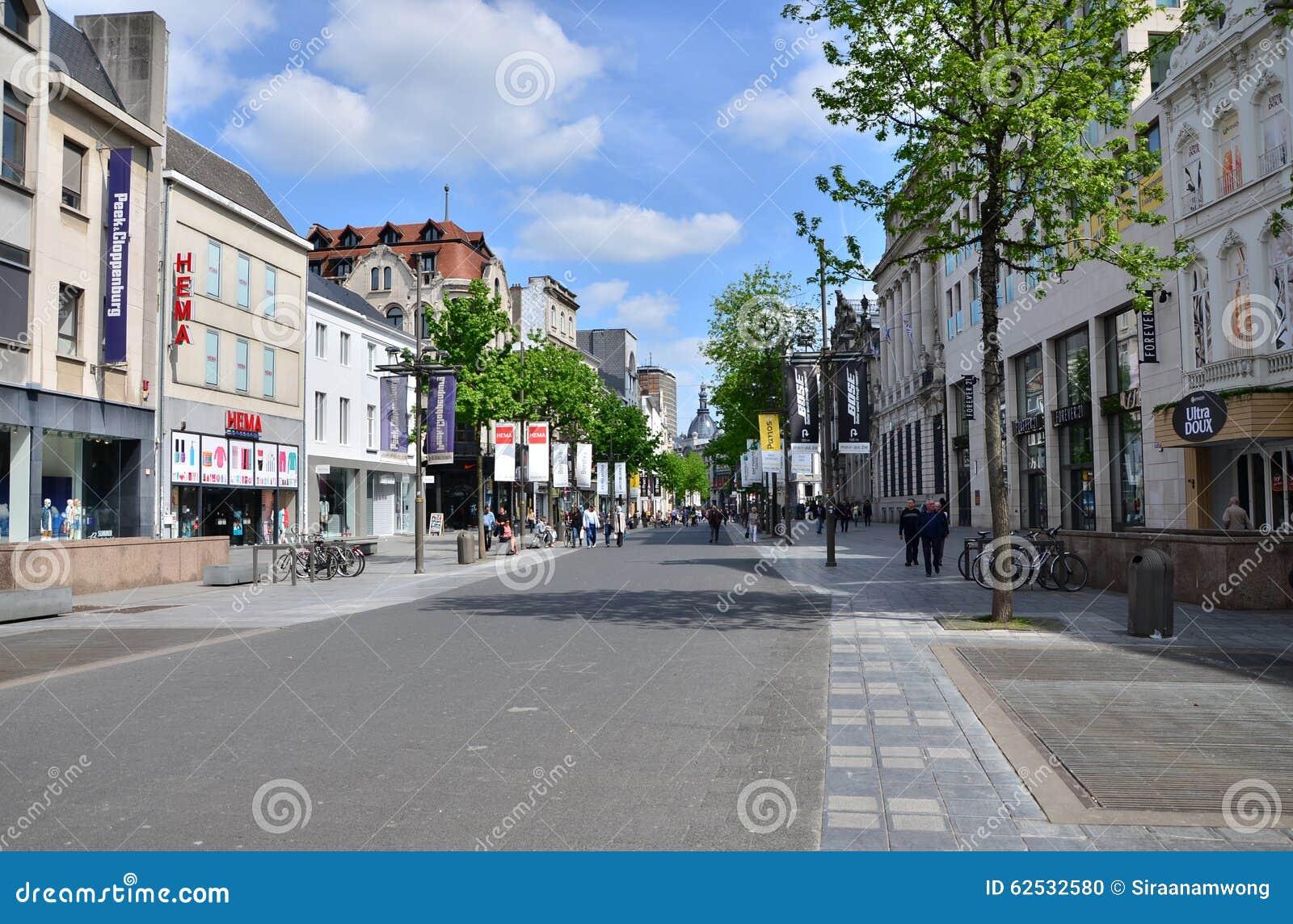 安特卫普,比利时- 2015年5月10日:梅厄的,安特卫普主要购物街道游人