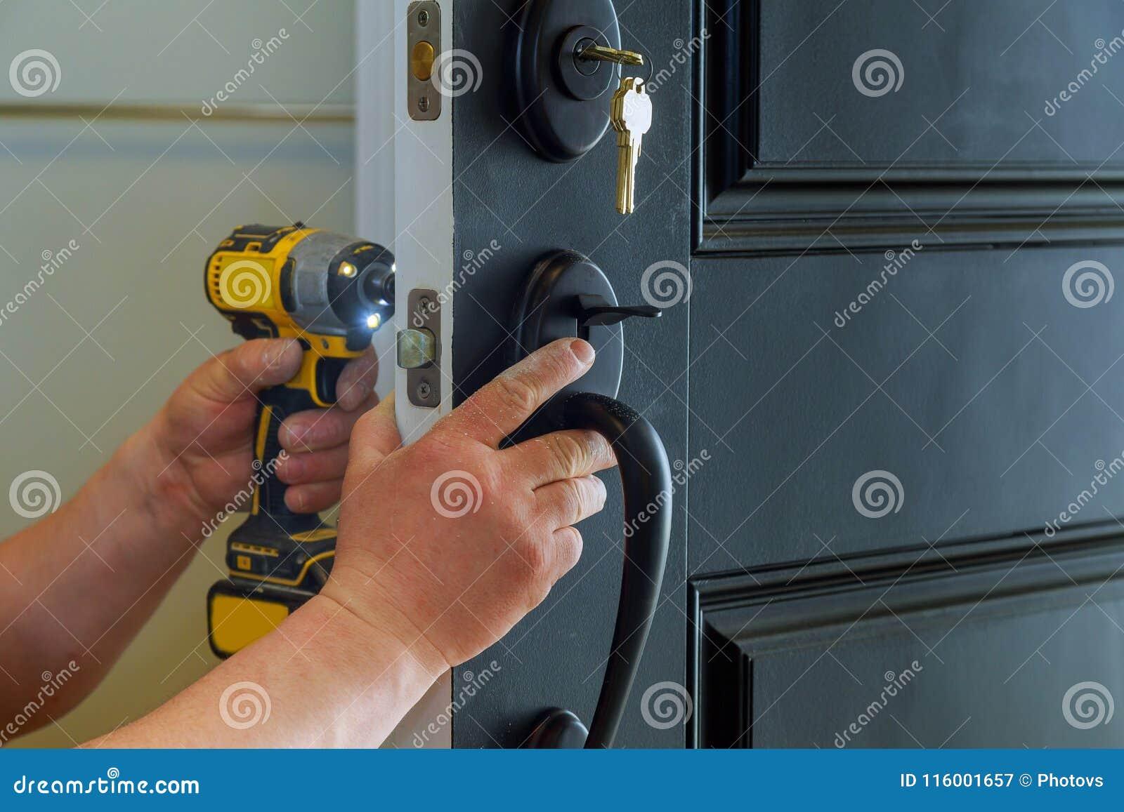 安置与锁的里面内部零件的外门安装或修理新的d的可看见一位专业锁匠