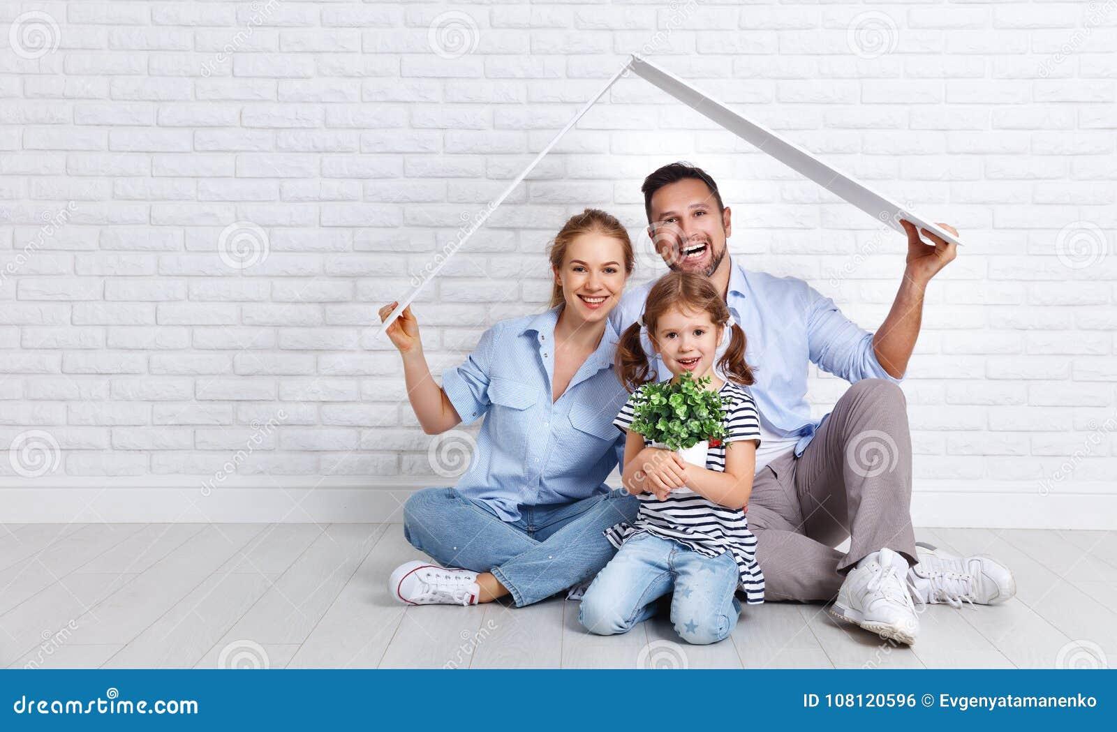 安置年轻家庭的概念 母亲父亲和孩子新的h的