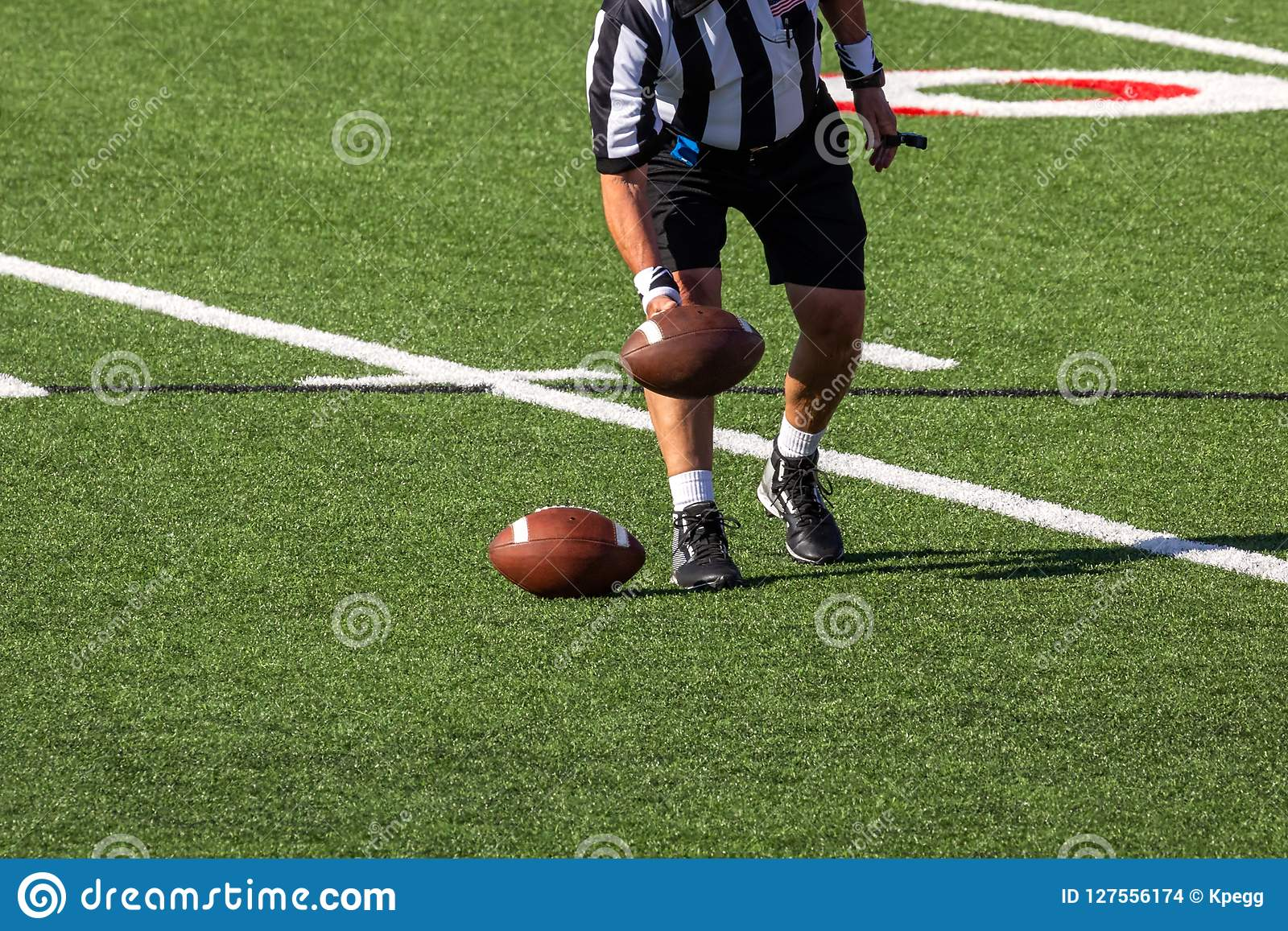 安置球的裁判员在橄榄球场