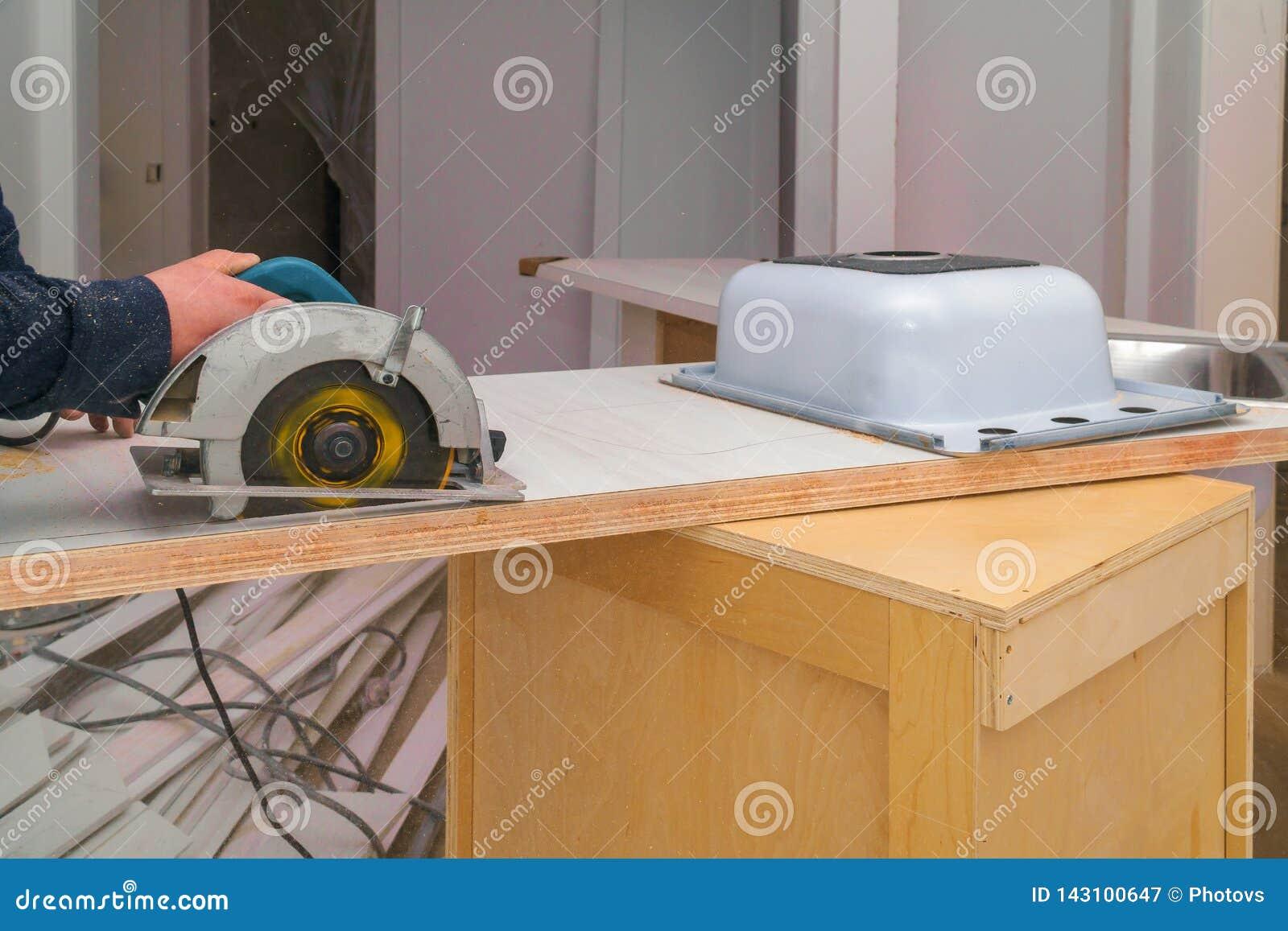 安装在一个层压制品的桌面的木匠一个改造的被削减的孔
