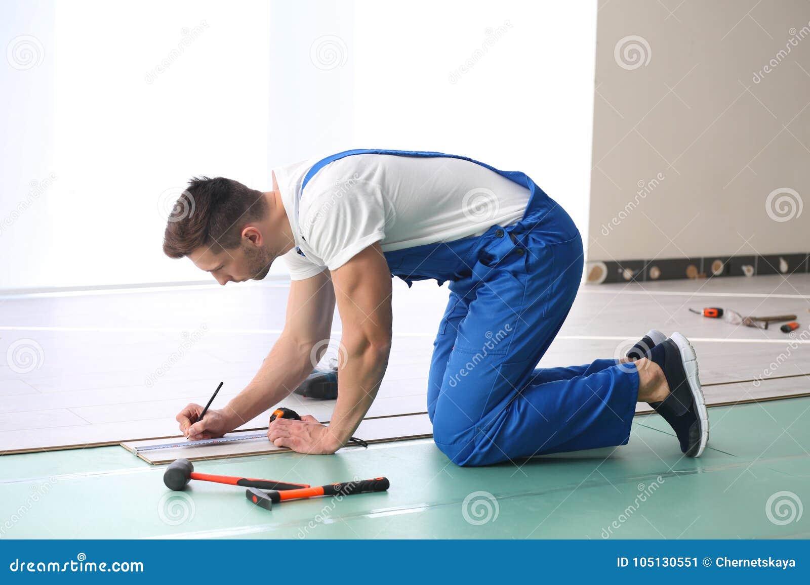 安装地板的男性工作者