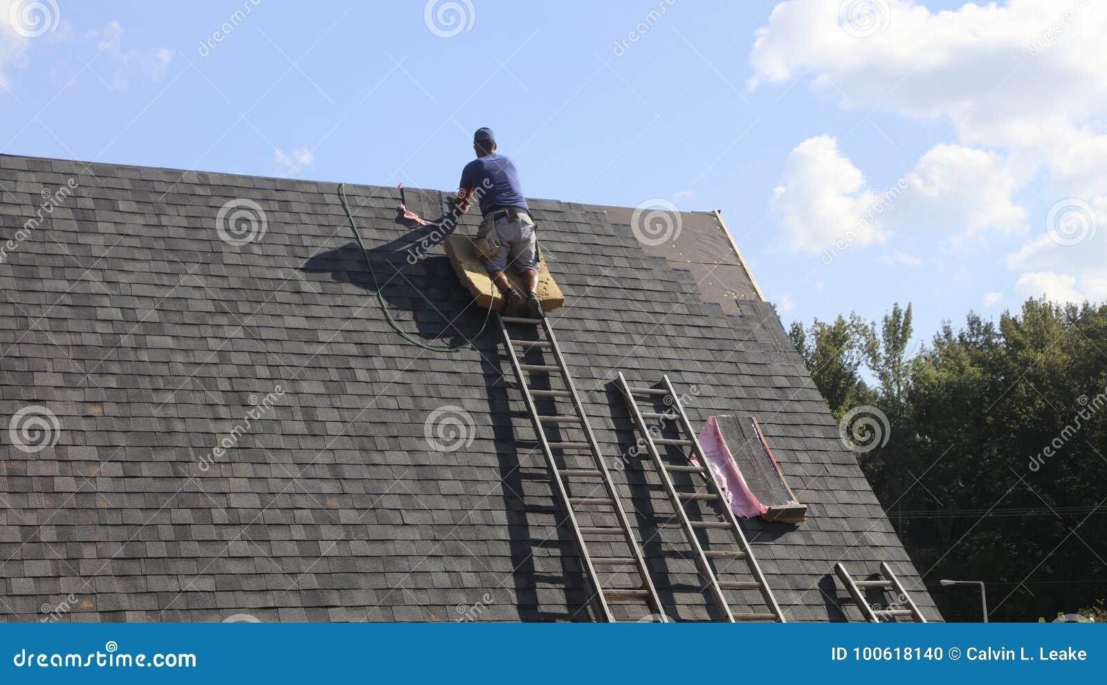 安装屋顶的盖屋顶的人