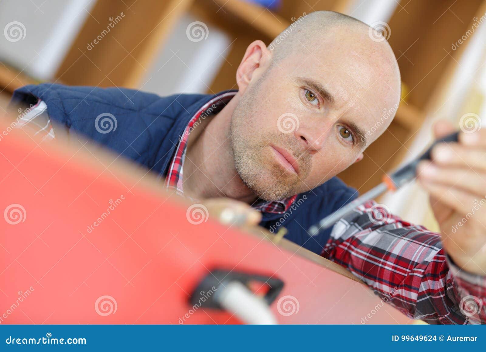 安装或修理新的deadbolt锁的专业锁匠