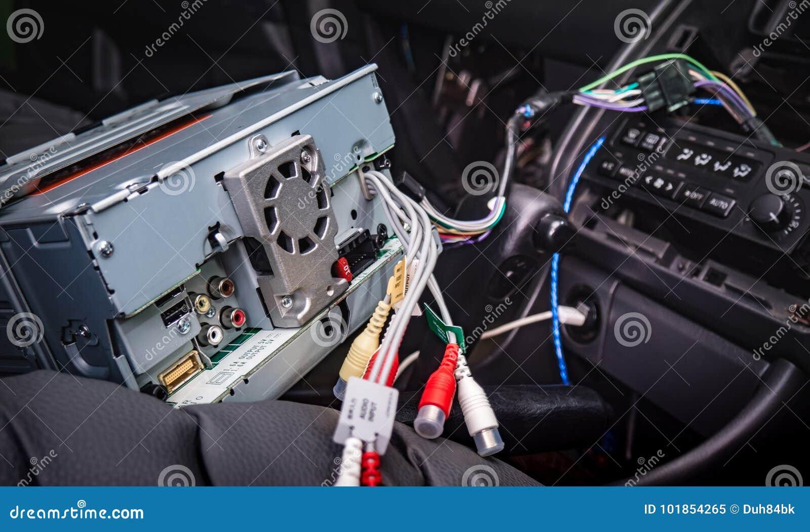 安装新的2声浪收音机在汽车