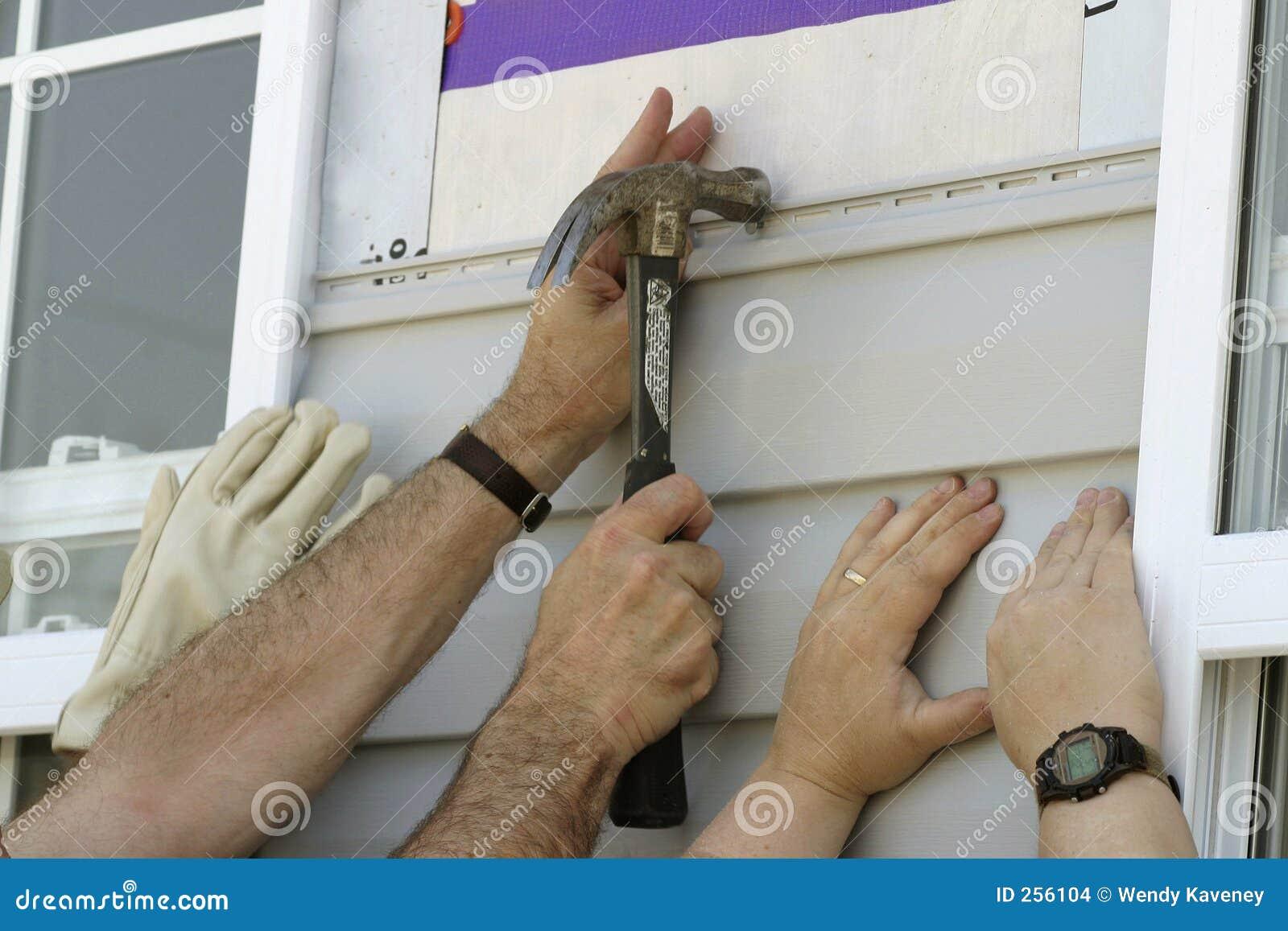 安装新的sidiing的志愿者的房子