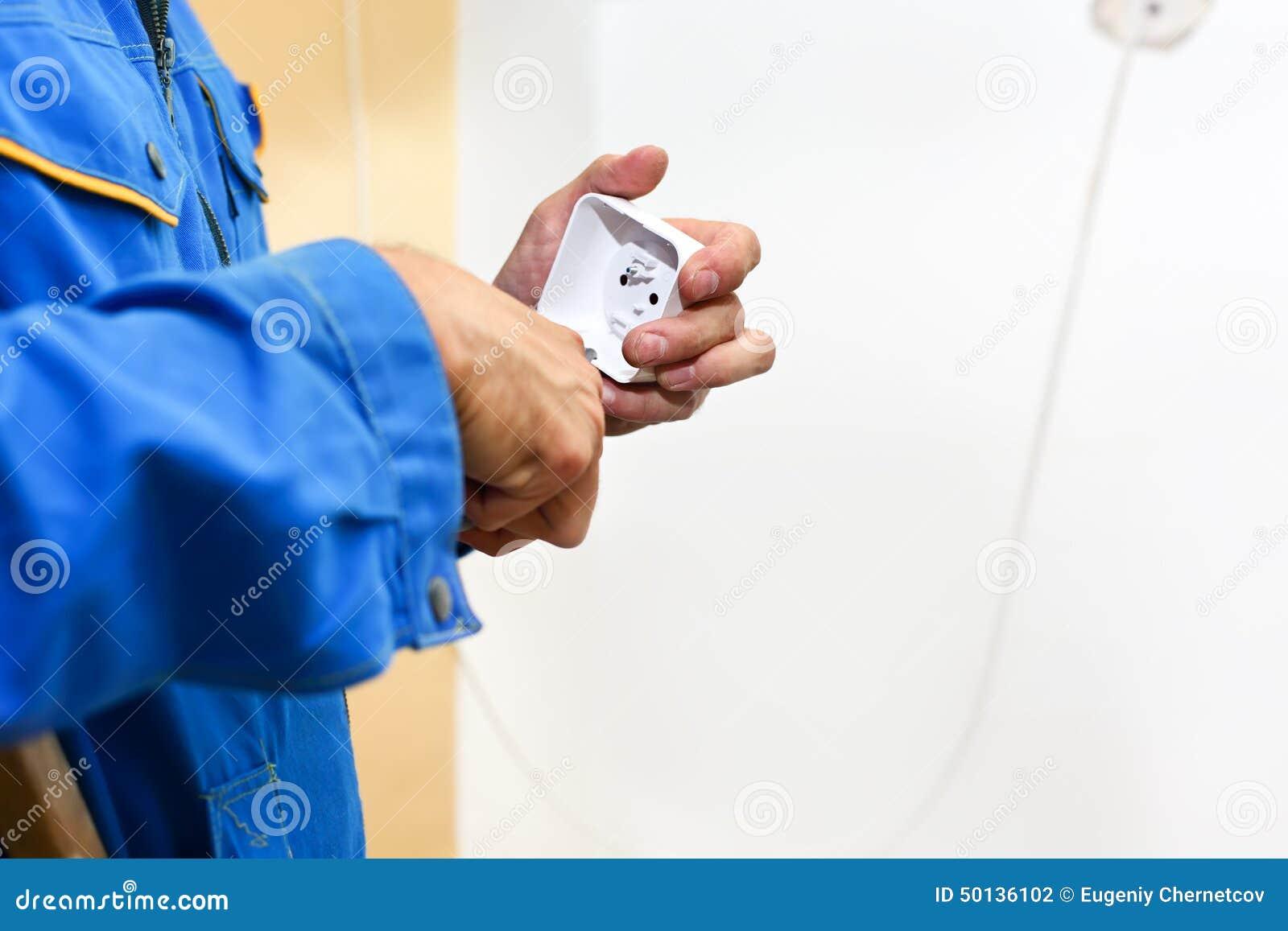 安装电子墙壁的电工手